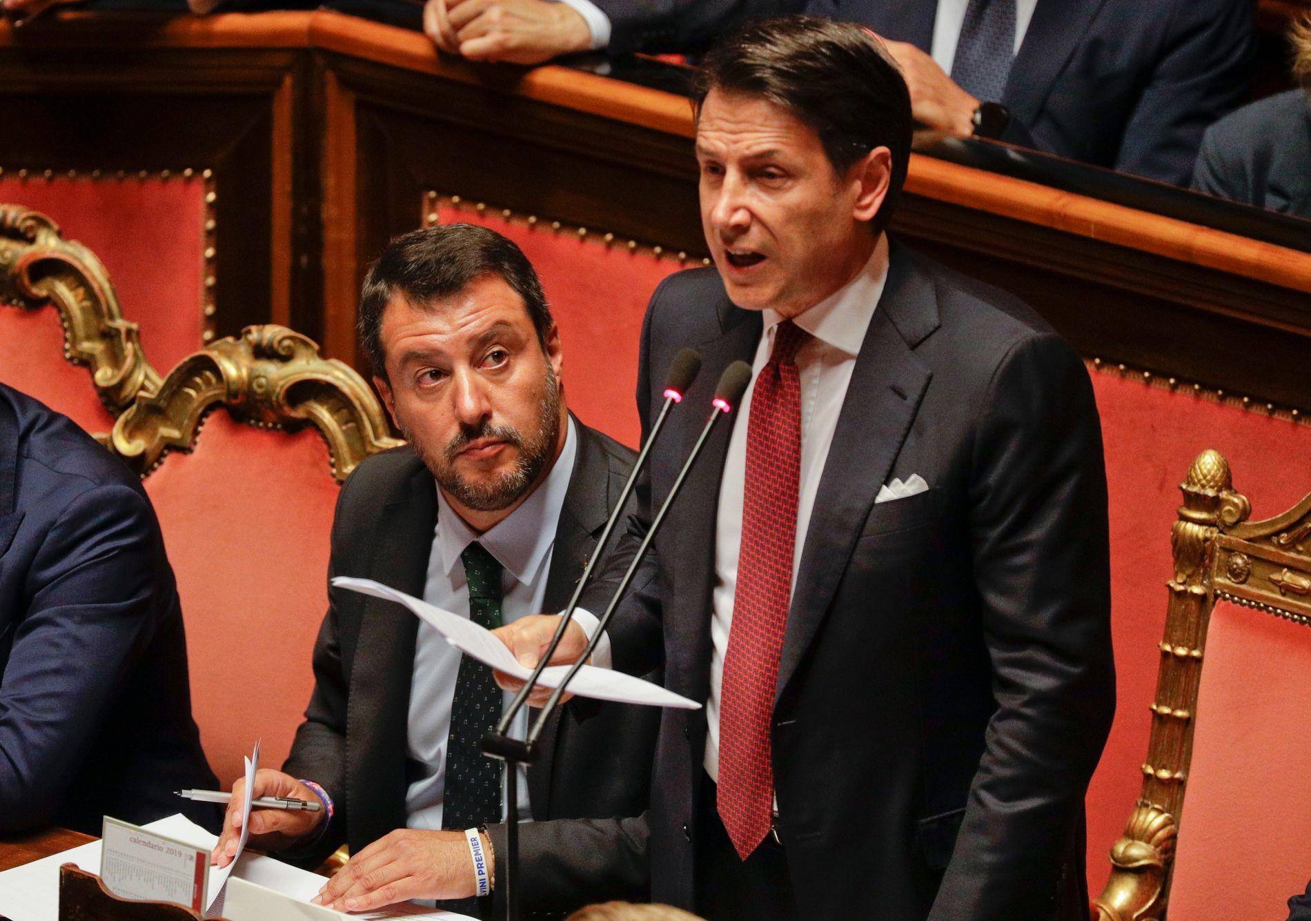 Italias statsminister Giuseppe Conte (t.h.) orienter senatet om at han ønsker å trekke seg. Han mener Liga-leder og visestatsminister Matteo Salvini er uansvarlig. Foto: AP / NTB scanpix
