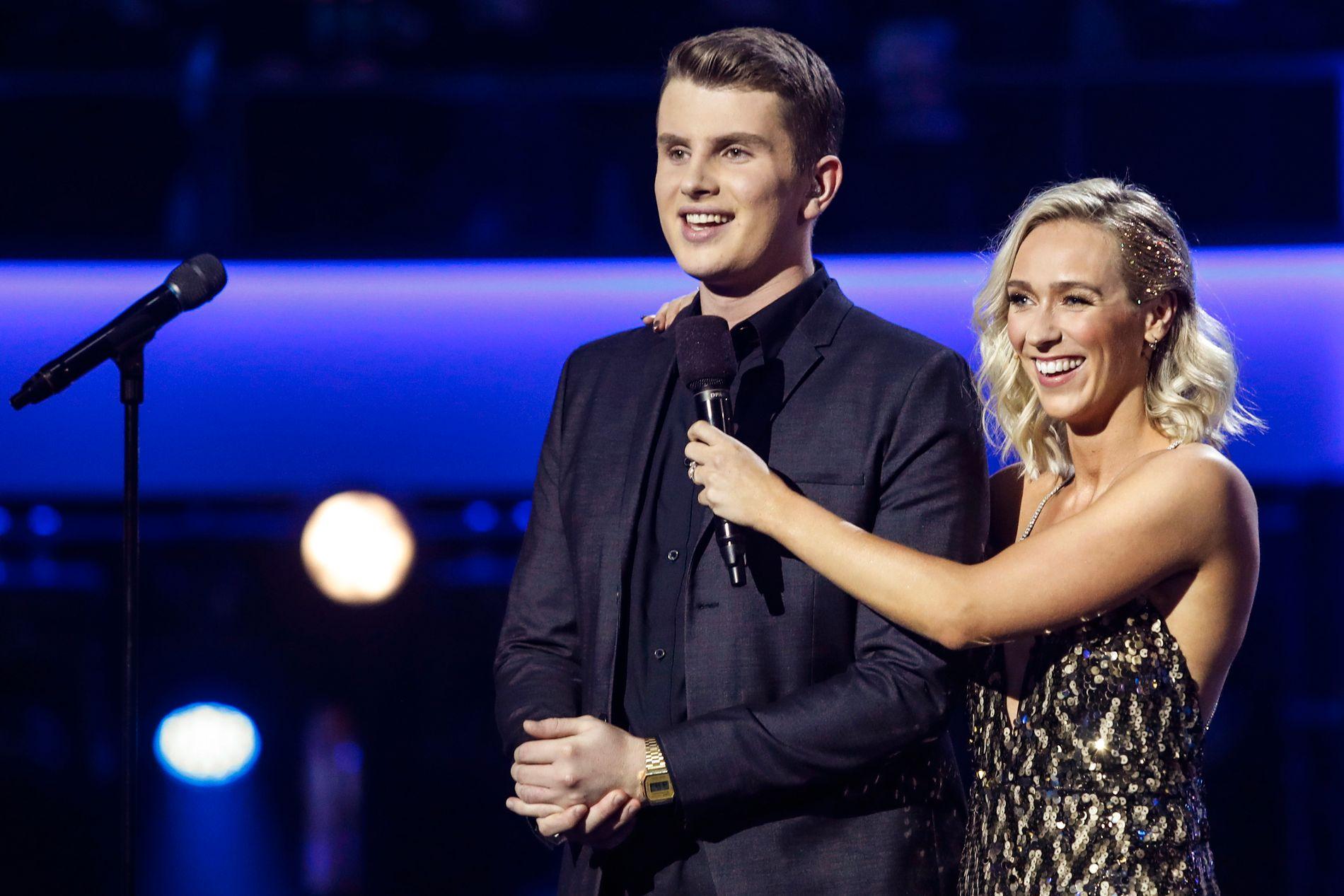 Idol-vinner Øystein Hegvik sammen med programleder Katarina Flatland under finalen i Idol på TV 2 lørdag kveld. Foto: Terje Bendiksby / NTB scanpix