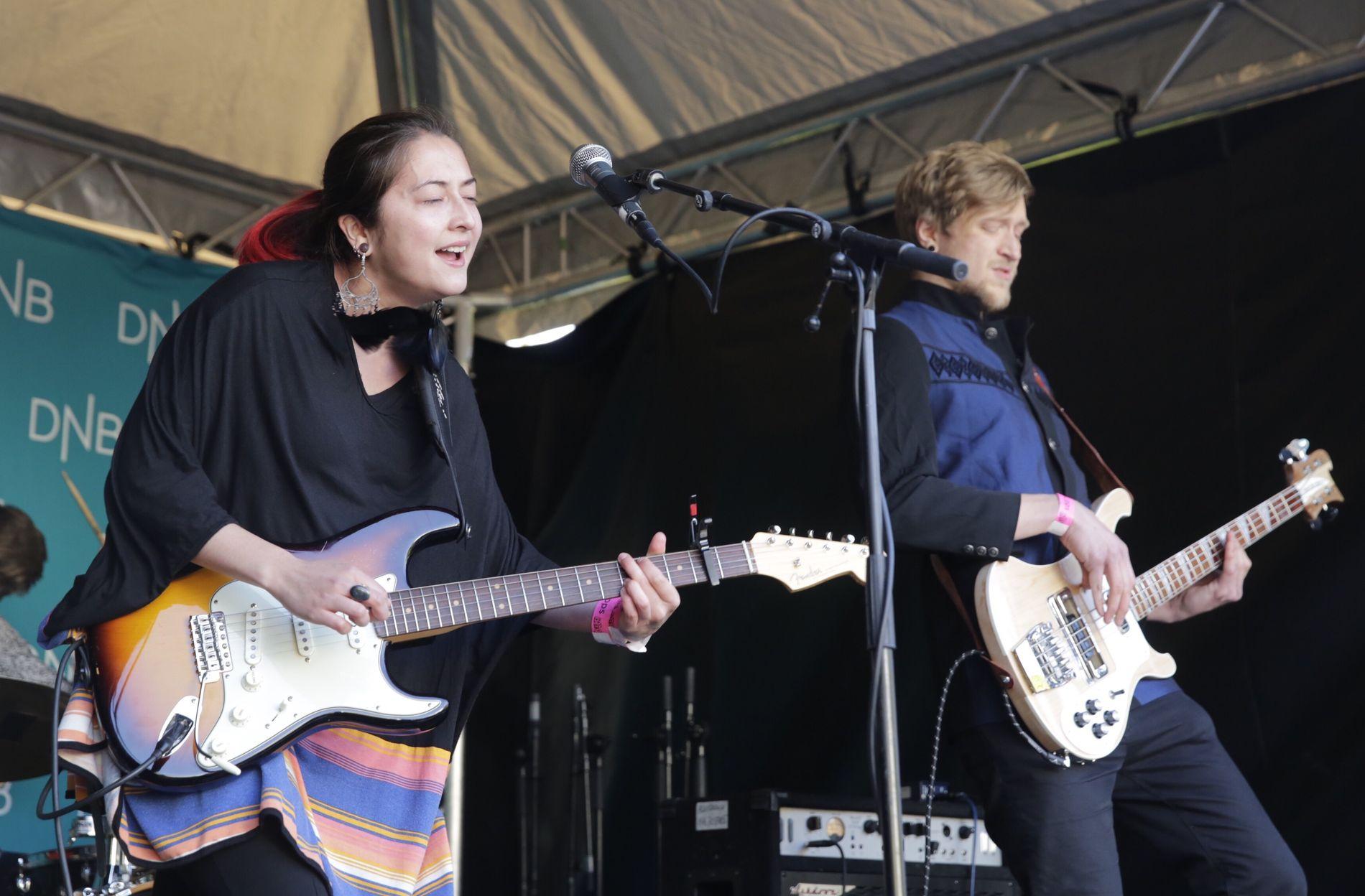 GITARSKRYT: Vokalist og gitarist Marie Kristin Dale har fått mye skryt for sine spilleferdigheter. Mandag spiller hun på Lille Ole Bull.