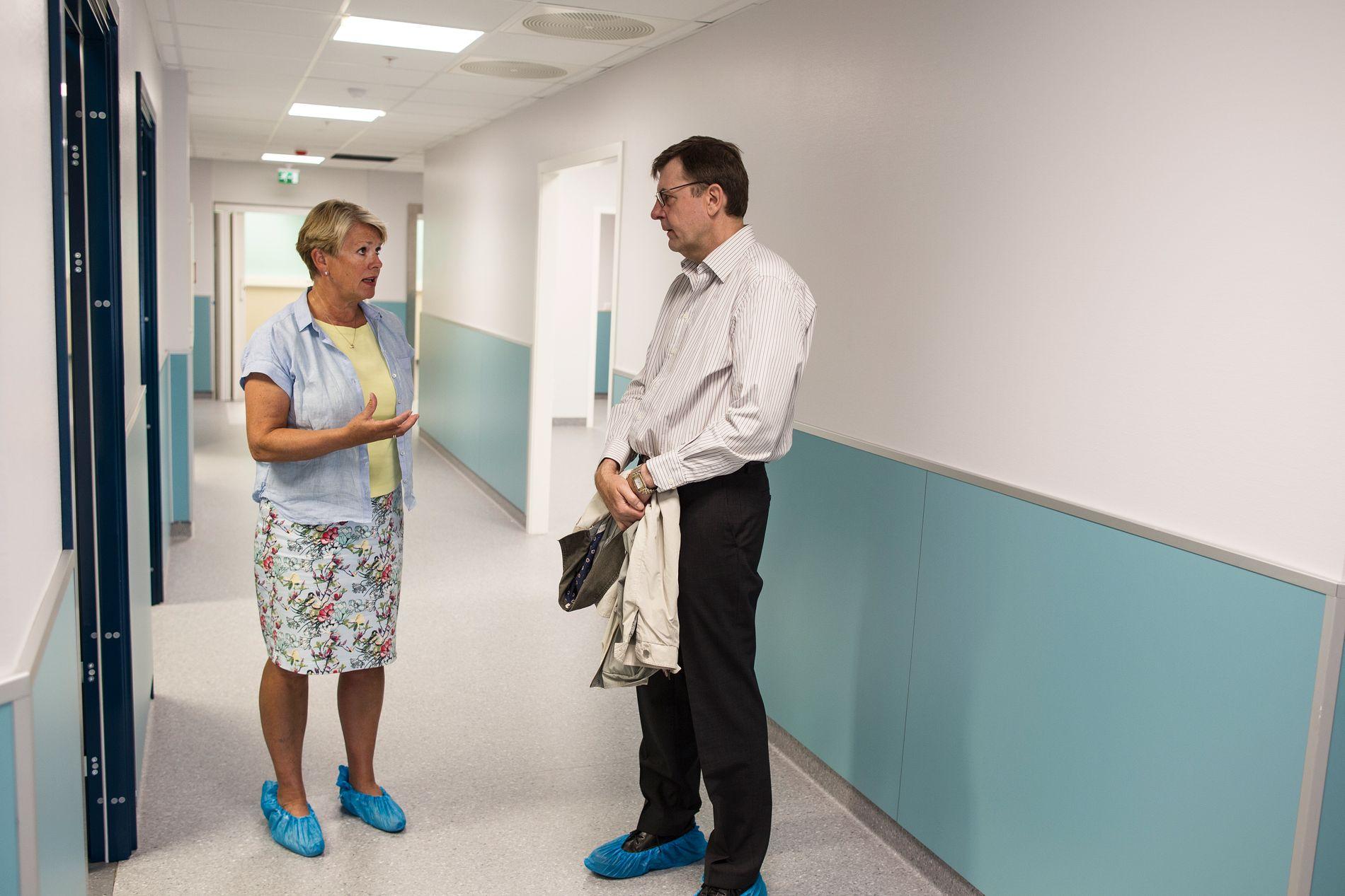 BEFARING: Hilde Onarheim er tidligere Helsebyråd i Bergen. Her i samtale med legevaktsjef Frank van Betten.