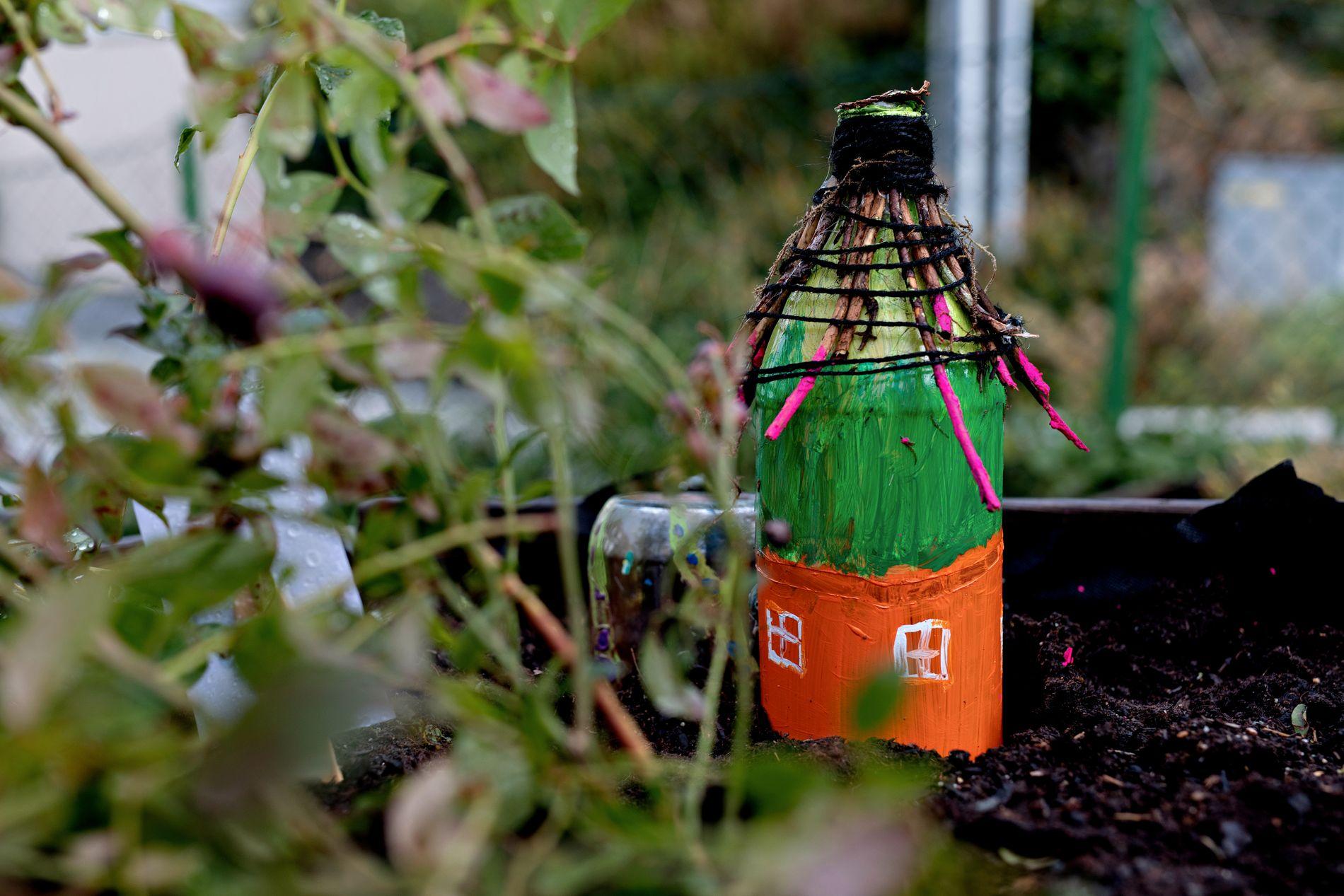 ALVEHUS: I dei små husa bur alvar. Dei har både vindauga og dør i huset sitt. Alvane passar på at plantene har det bra.