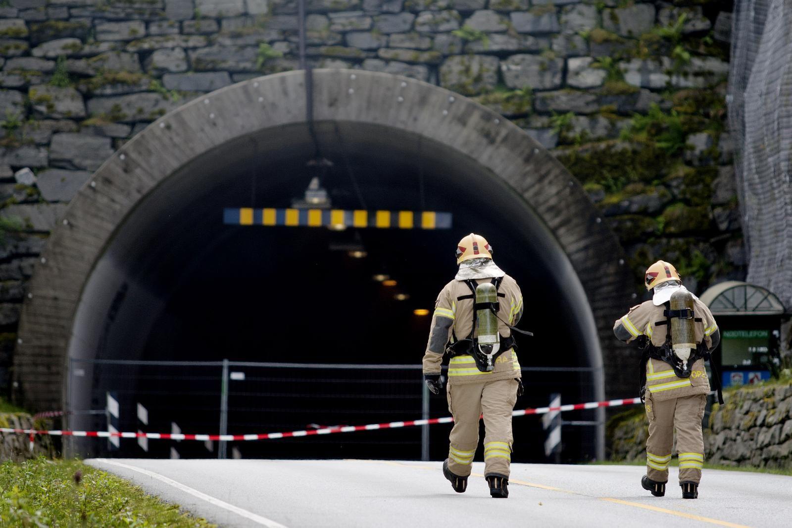 - KAN FÅ MILJØKONSEKVENSAR: Det er usikkert om bensinen brann opp, eller hamna i sjøen då eit vogntog med 16.000 liter bensin eksploderte i Skatestraumstunnelen.