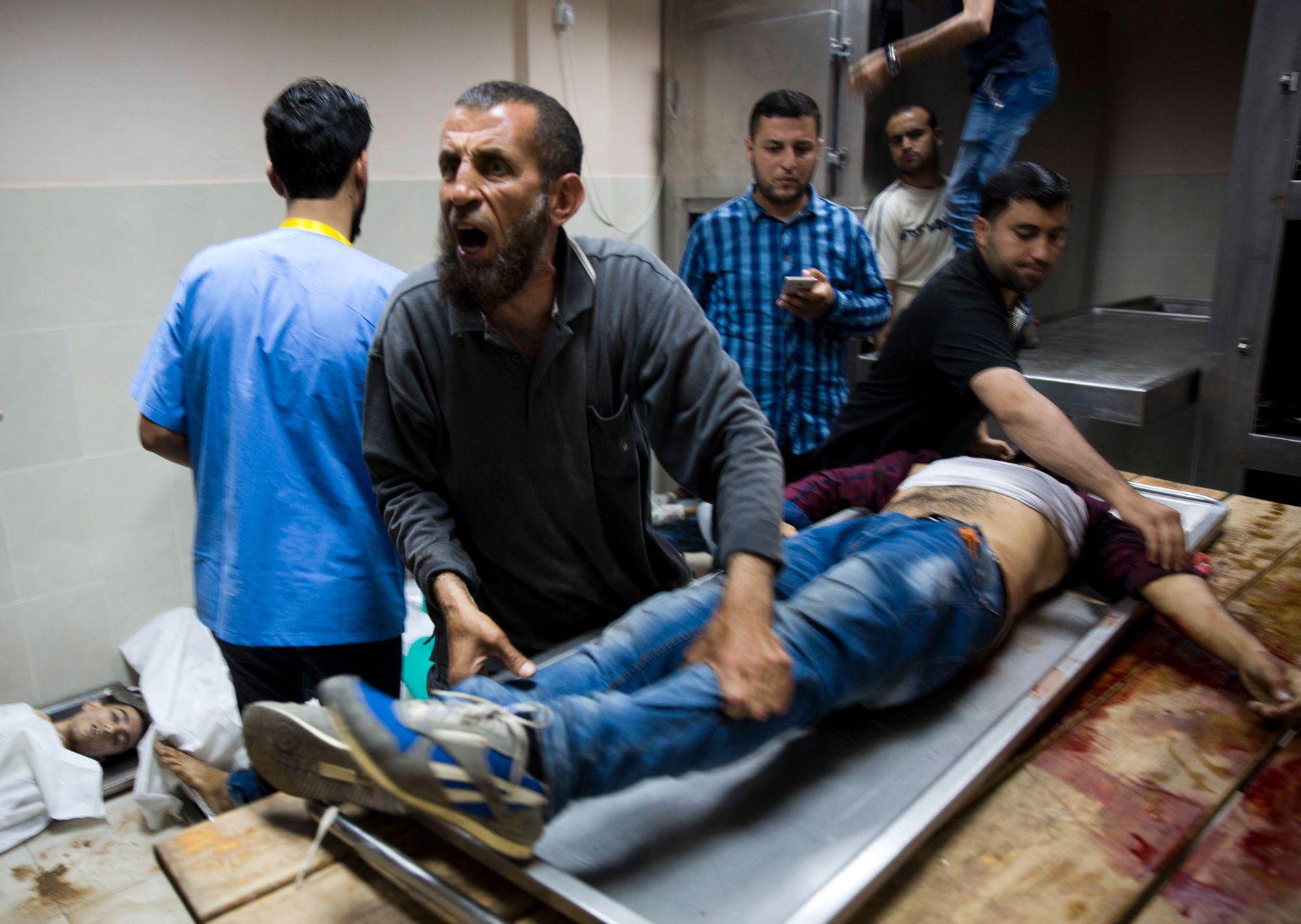 OVERFYLT: Gazas sykehus var tirsdag overfylt av sårede fra mandagens demonstrasjon, der minst 60 palestinere ble drept og 2400 ble såret av israelske soldater stasjonert langs grensen.