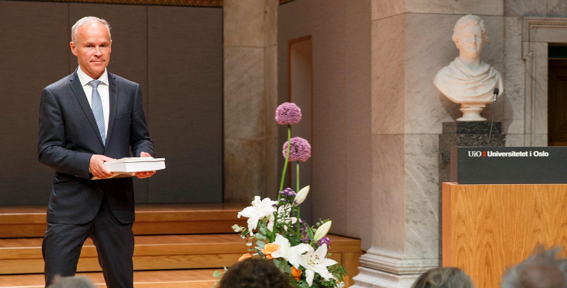 OVERGREP: Kommunalminister Jan Tore Sanner (H) beklaget på vegne av den norske stat da han i fjor sommer fikk overrakt Tater- og Romaniutvalgets rapport. Foreløpig har lite annet skjedd, mener innsenderne. ARKIVFOTO: HEIKO JUNGE / NTB SCANPIX