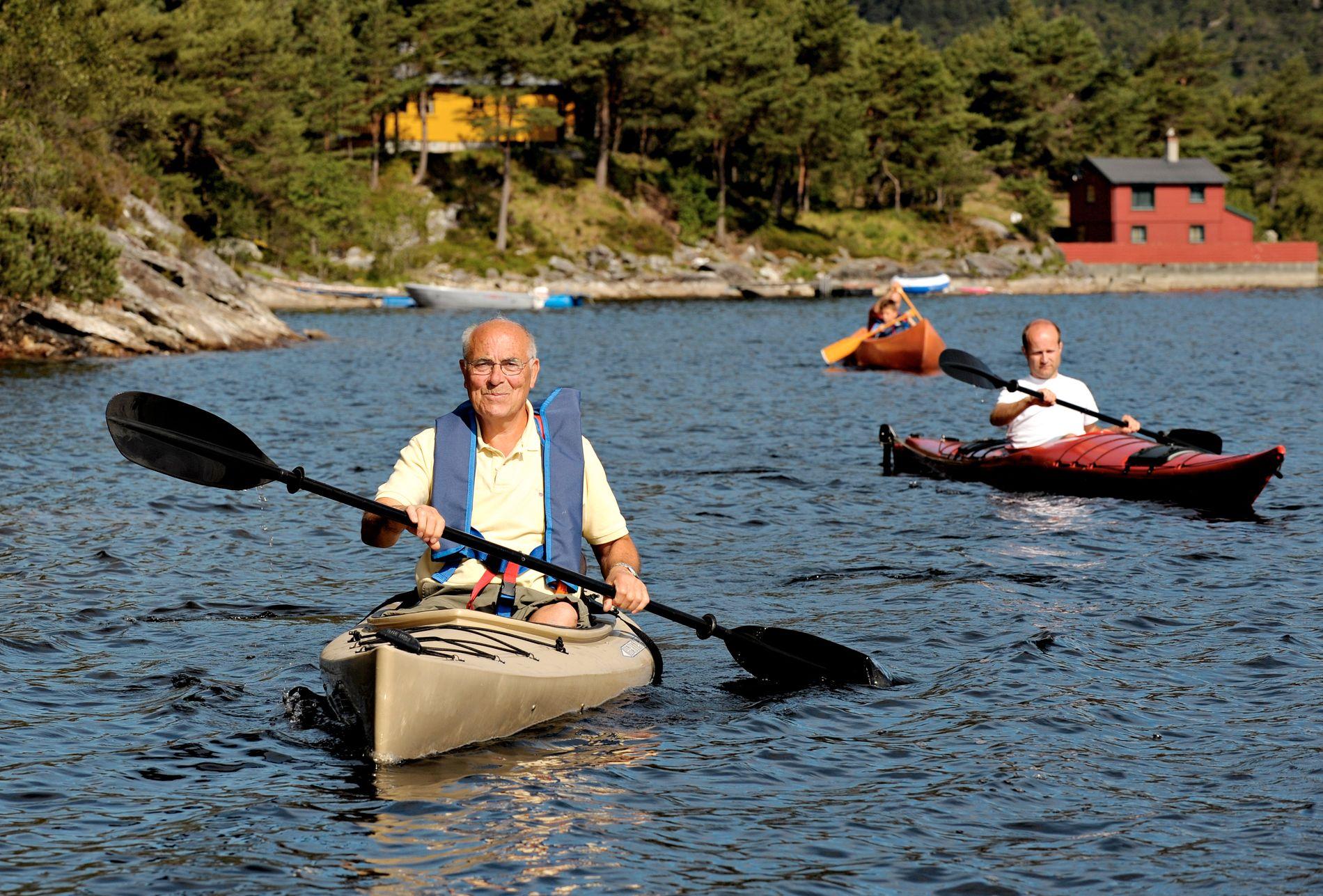 I PAKT MED NATUREN: Utstyrt med kikkert gled han rolig av gårde i en kano for å betrakte dyrelivet før dagen startet, skriver Trond Albert Skjelbred (t.h.) om svigerfaren Helge Jakobsen (t.v.)