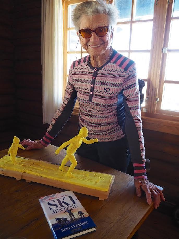 En miniatyr av statuen. Ingrid Wigernæs er veldig fornøyd.