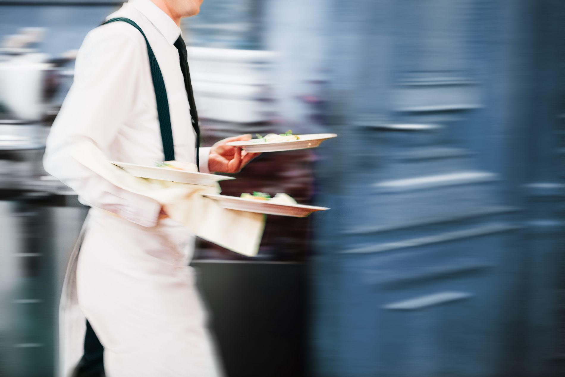 DEMOTIVERENDE: Beskatning av tips fører til dårligere service, mener innsenderen.