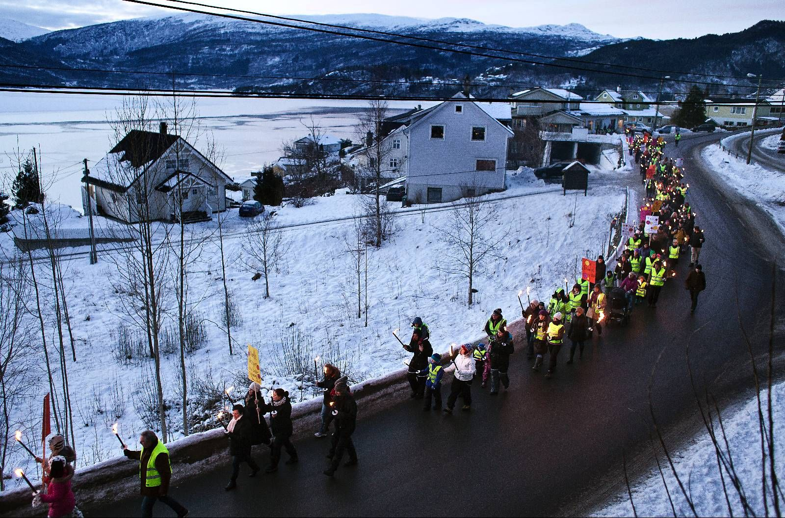 PROTESTEN: I midten av februar gjekk bygdefolk i Samnanger i fakkeltog i protest mot barnevernet.  foto: Silje Katrine Robinson