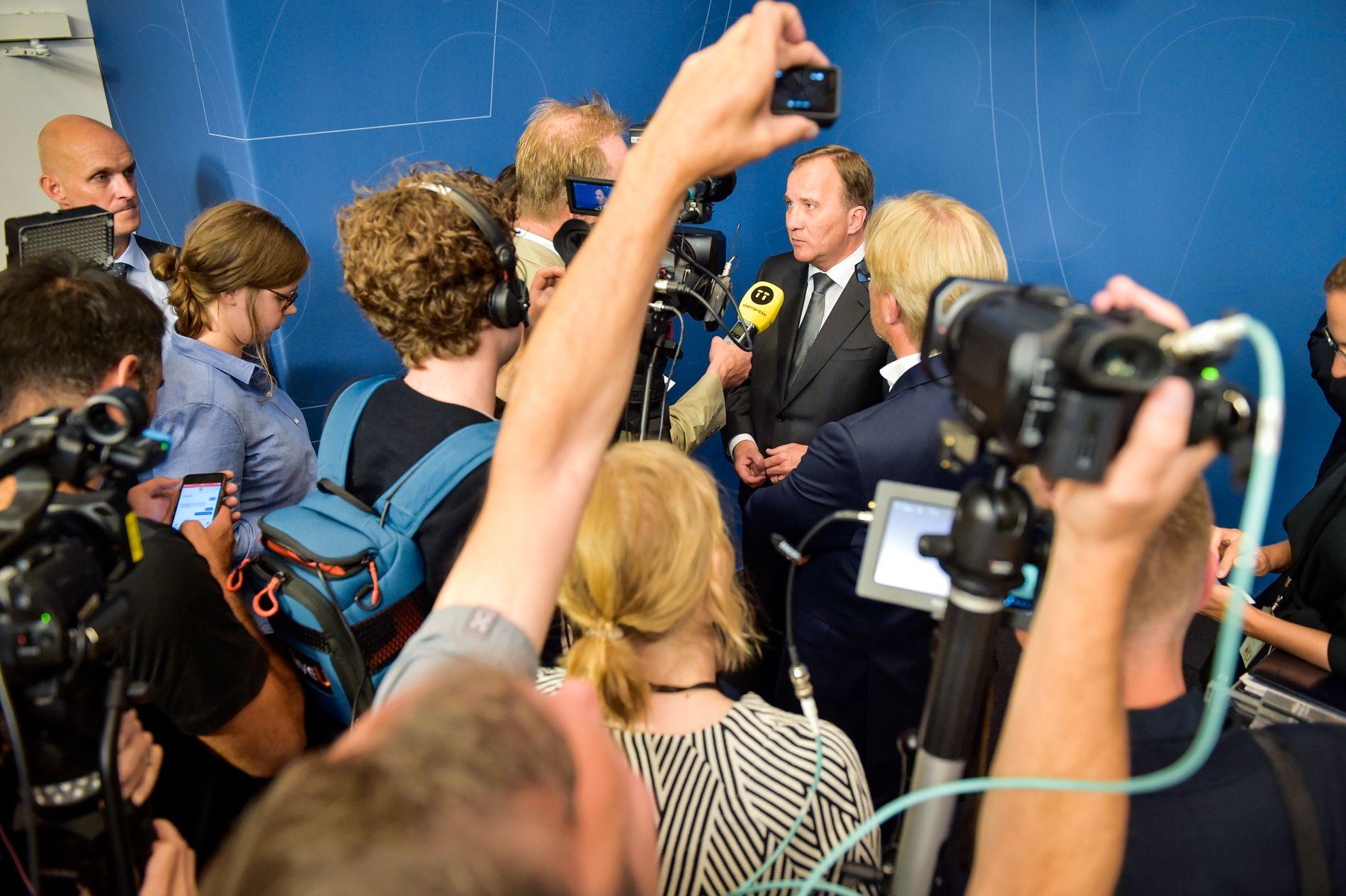 MIDT I STORMEN: Statsminister Stefan Löfven måtte svare for hvordan Sveriges sensitive personopplysninger kunne komme på avveie på mandagens pressekonferanse