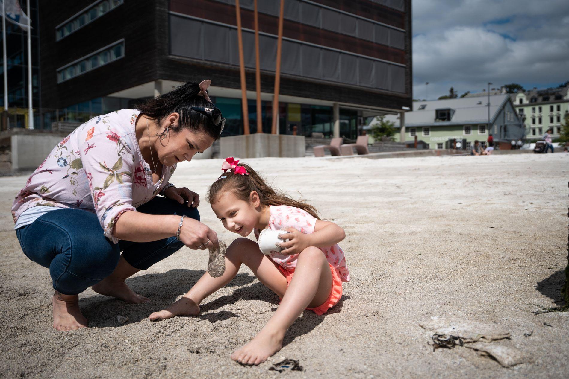 SJØLIV: Isabel (6) og mora Janicke Haug studerer ein glasmanet ved stranda på Marineholmen.