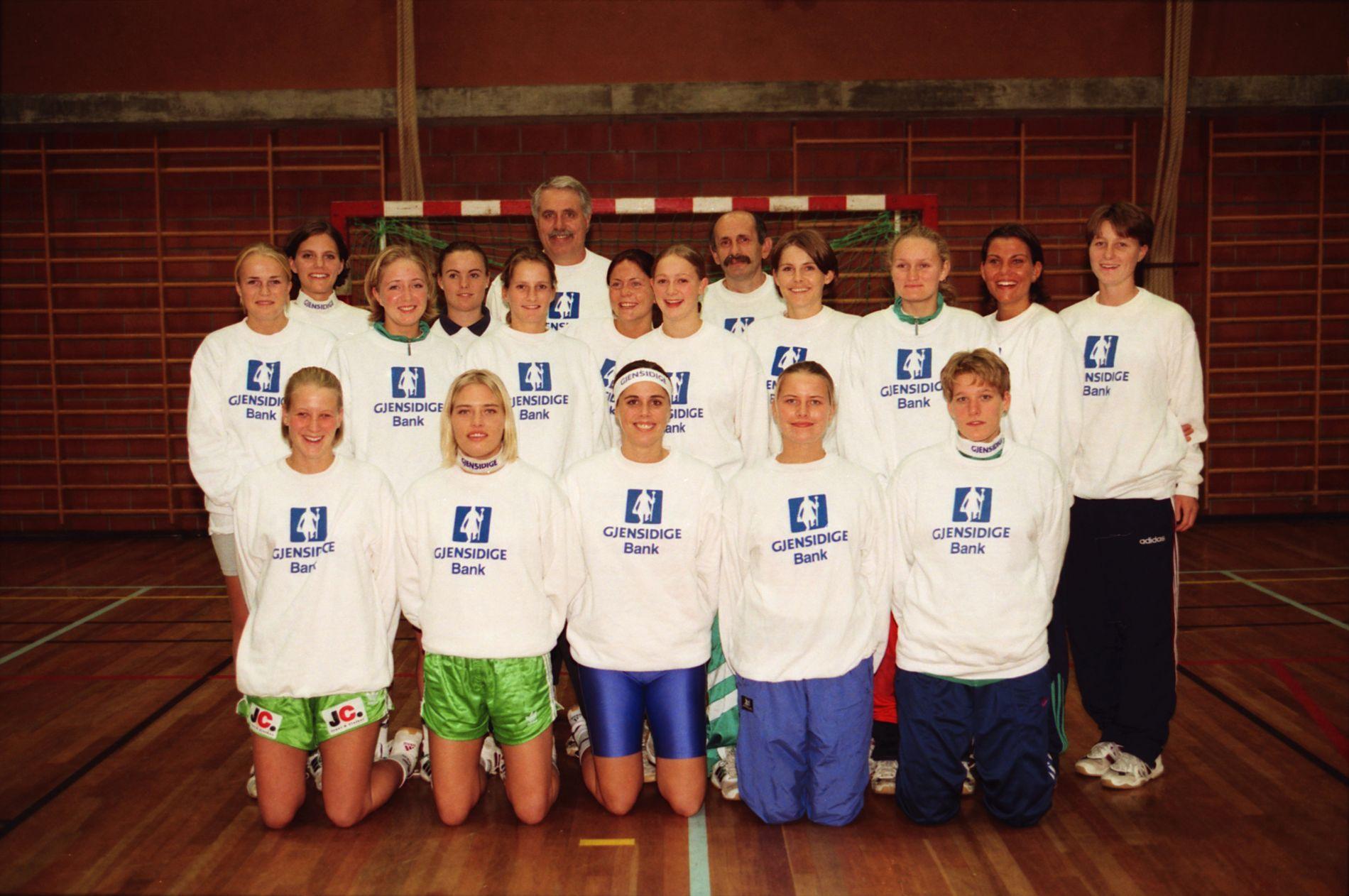 Vågs lag før sesongstart i 2. divisjon høsten 1996. Bak f.v.: Tone Gundersen, Annette Nilsen, Therese Fuglestad, Inger Lise Støkken, Nina Lundegaard, Sissel Ramsland, Øystein Berge (oppmann) og Rade Koruga (trener). 2. rekke f.v.: Kristin Tofteland, Stine Brøvig, Siren Eldor, Rita Tønder Frustøl og Wenche Ueland Helle. Foran f.v.: Tina Graaner, Hilde Esperås, Bodil Flo Berge, Aina Holand og Kathrine Stendal. Fire av spillerne var på laget som debuterte i eliteserien i 2001.