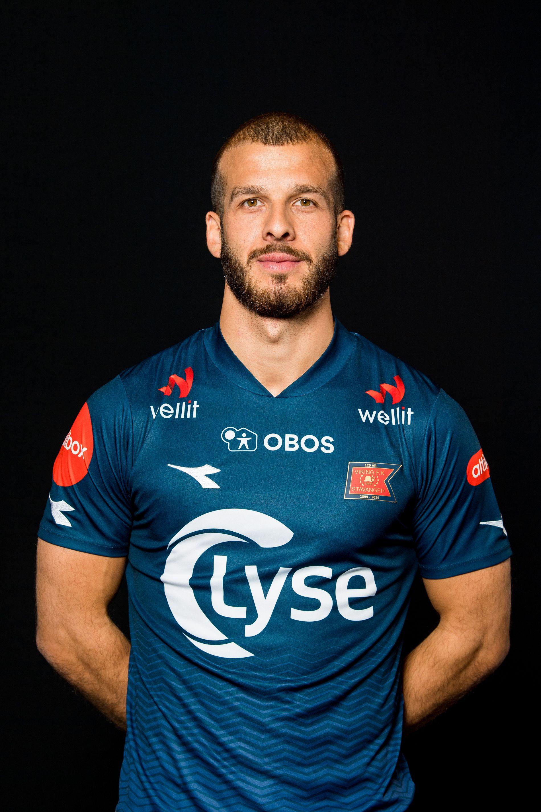 Viking-angriper Zlatko Tripic poserer i Stavanger-lagets nye drakt for 2019-sesongen.