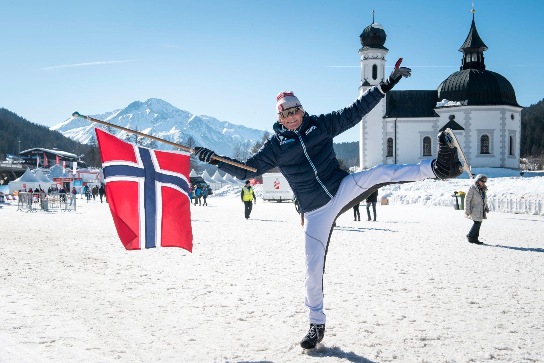 Seefeld februar 2019: Anette Bøe med kunstløpskøyter og norsk flagg 34 år etter at hun ble VM-dronning her.