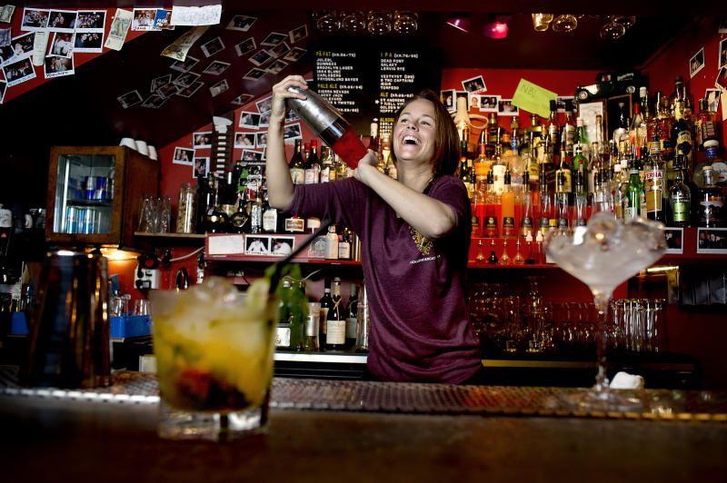 BARTENDER: Therese Storebø, bartender i baren No Stress i Hollendergaten, mikser drinker.