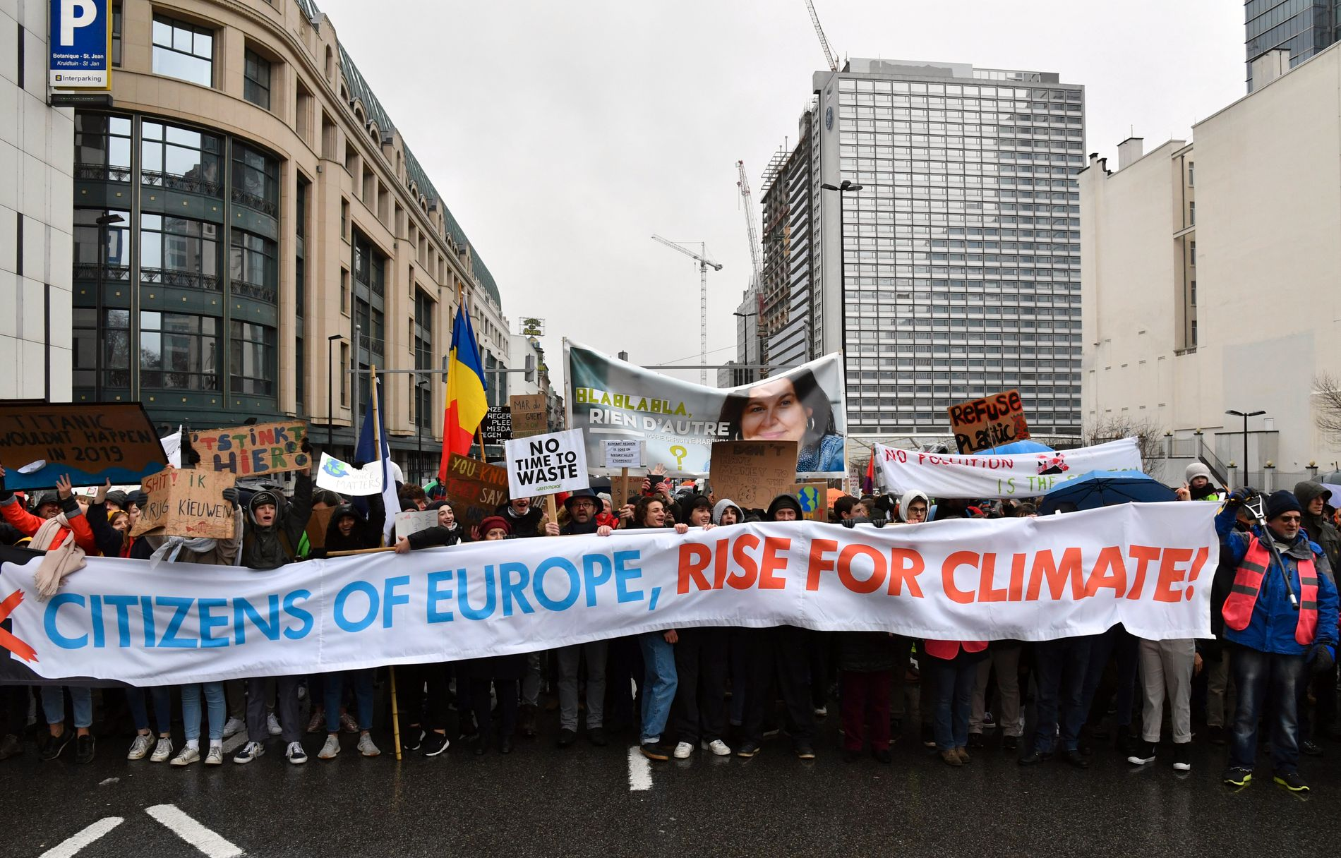 Over 70.000 møtte opp til klimamarsj i Brussel søndag. Foto: Geert Vanden Wijngaert / AP / NTB scanpix