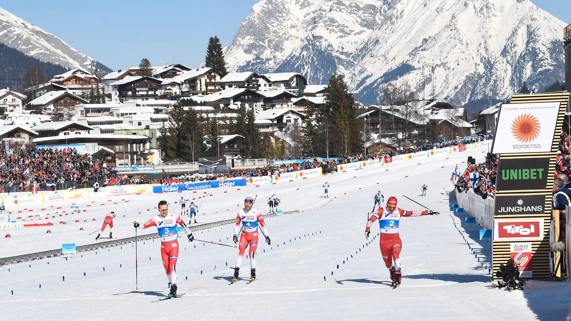 Sjur Røthe går først over mål. Aleksandr Bolsjunov (til høyre) var nær, men ikke nær nok. Martin Johnsrud Sundby ble nummer tre.