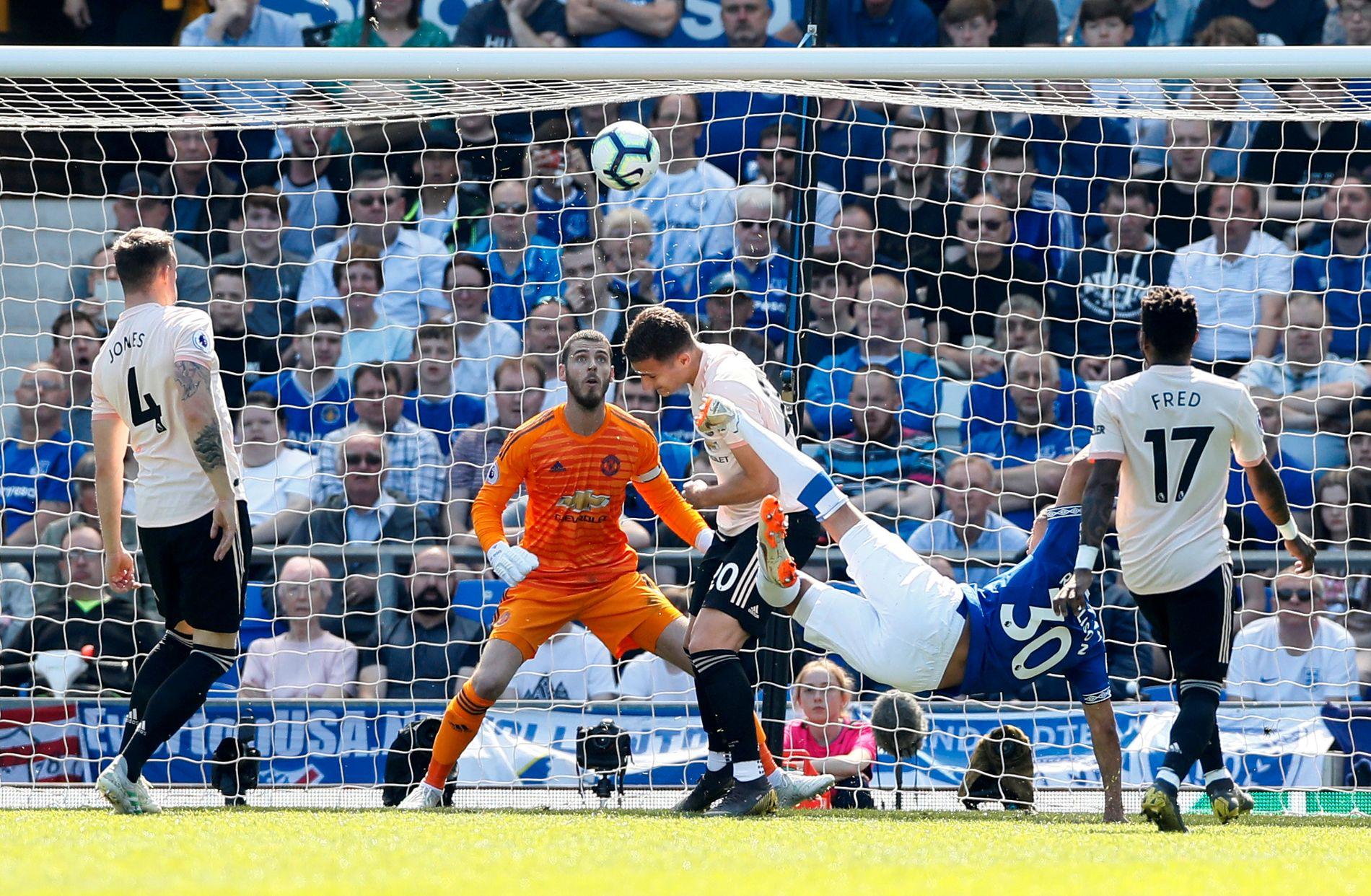 Richarlison brassesparket Everton i ledelsen etter 13 minutter.