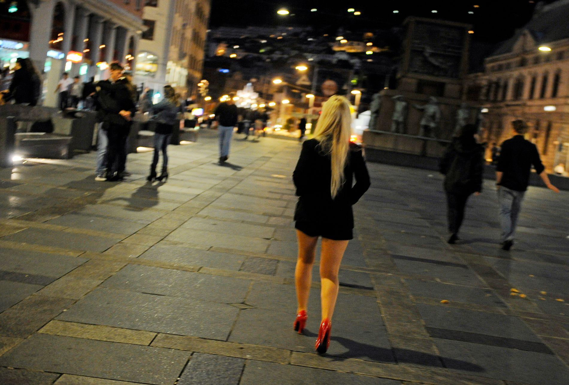 LETTKLEDD: Noen er fortsatt dessverre av den oppfatning at kvinner har seg selv å skylde hvis de går lettkledd, drikker seg overstadig beruset, eller blir med en mann hjem, skriver Erika Eidslott.