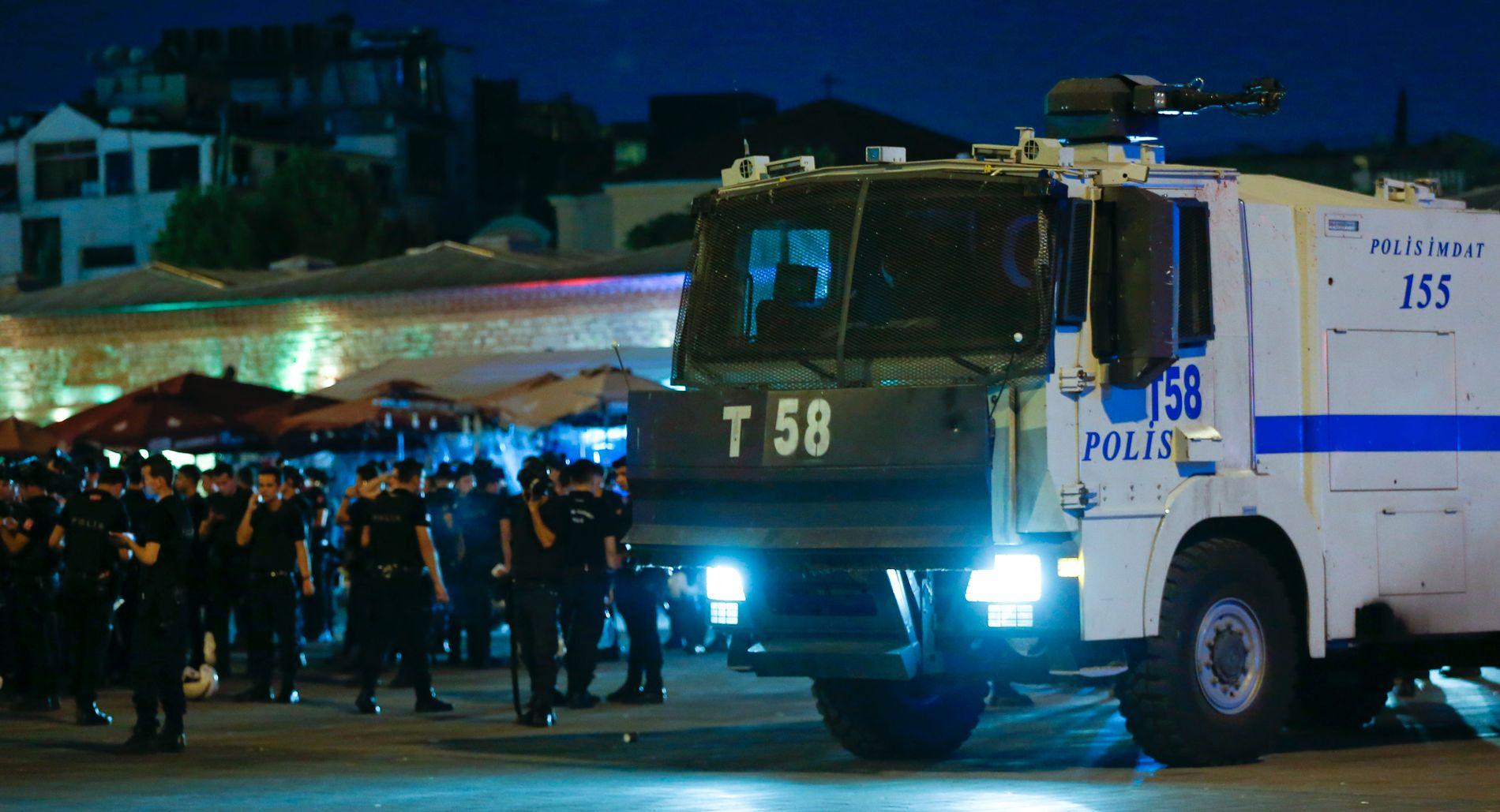 POLITI: Tyrkiske politistyrker nær Taksim-plassen i Istanbul fredag kveld.