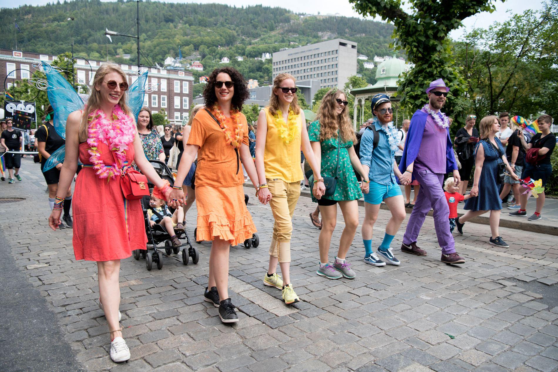 IKKJE PÅ JOBB: Kvart år blir gatene i Bergen fylt av folk som feirar Regnbuedagene. Men dei viktigaste tiltaka må kome der folk er i kvardagen.