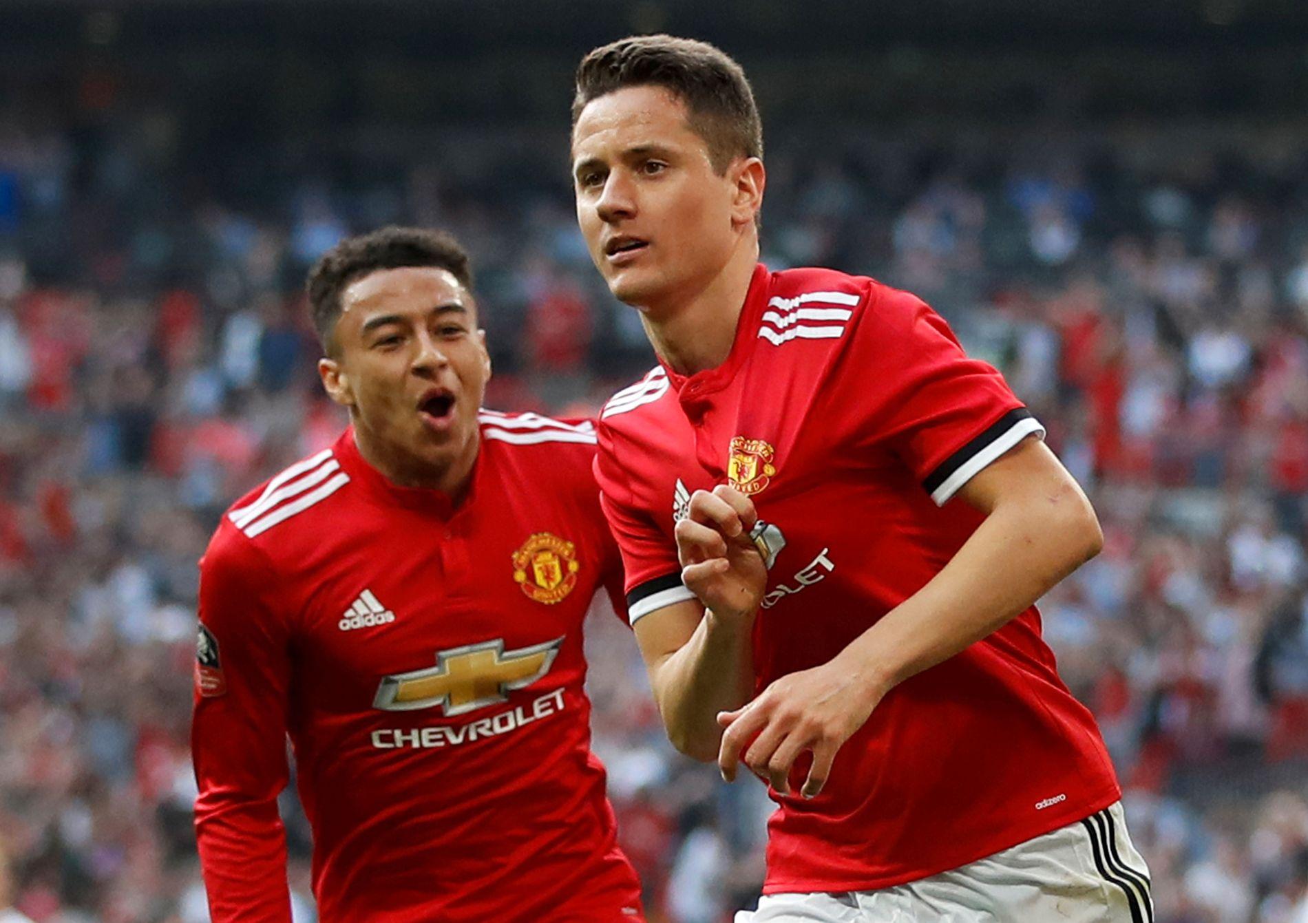 MATCHVINNER: Ander Herrera satte inn den avgjørende 2–1-scoringen for Manchester United. Jesse Lingard kommer jublende til.