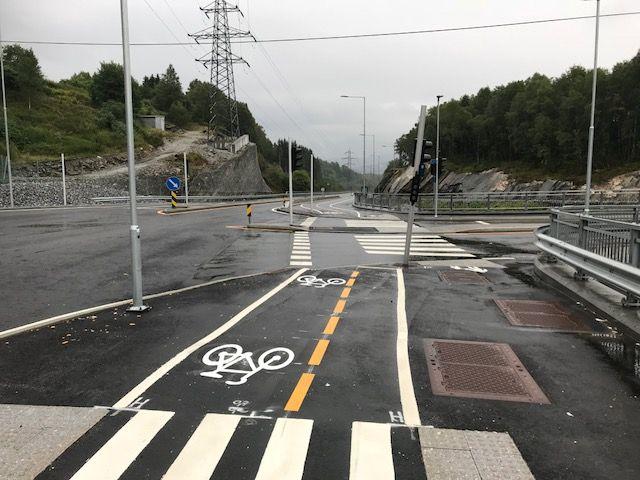 TREGT: På den nye sykkelveien i Åsane må syklistene gå til fots for å overholde vikeplikten og forsere skarpe fortauskanter. Det ville vært bedre å få sykle ved siden av bilene, mener innsenderen.