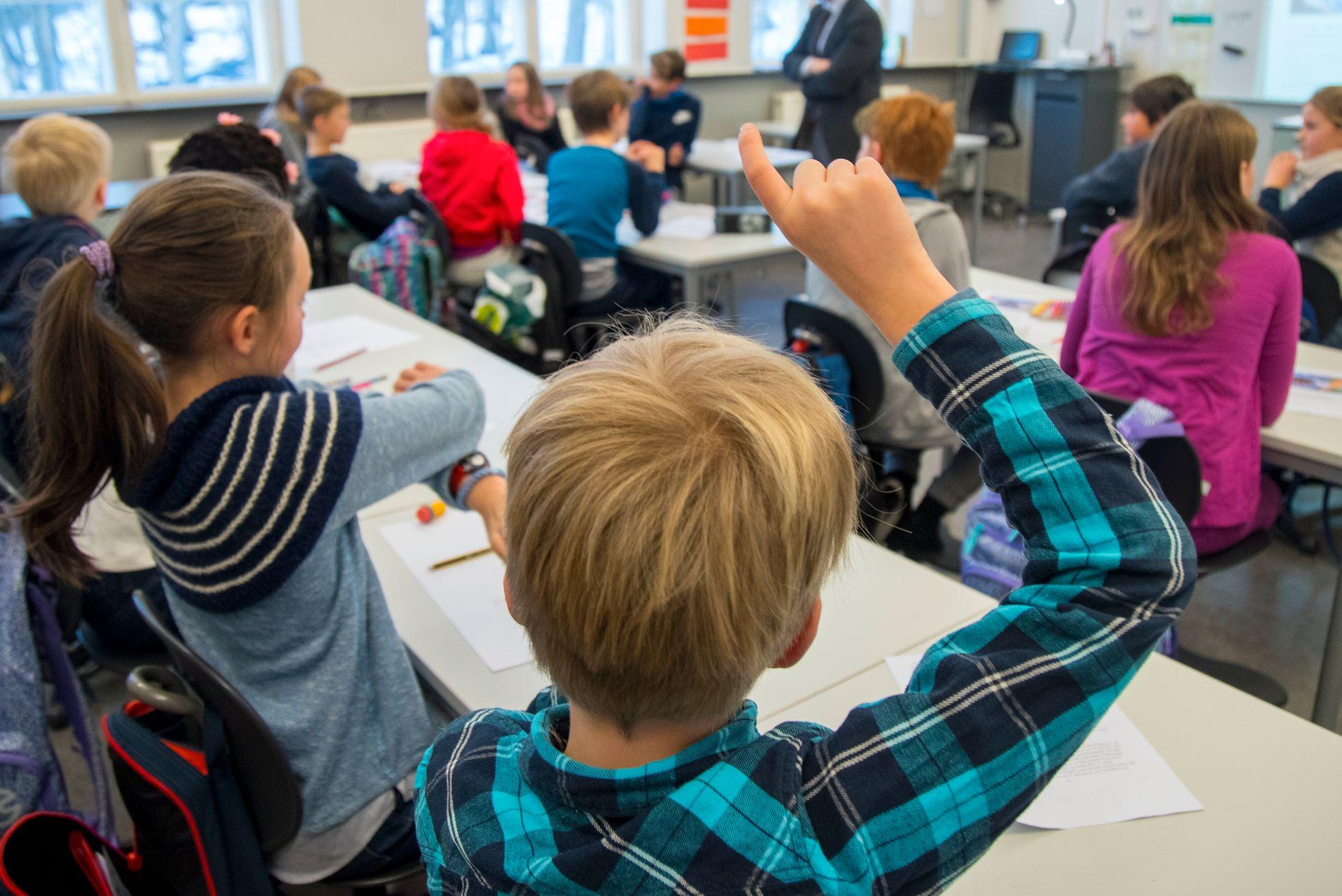 TRYGGHET:  Jeg er bekymret for retningen 6-årspedagogikken har tatt. I dagens baseskoler blir barna delt inn i store og små grupper i løpet av dagen med ulike voksne. Men det aller viktigste for de små elevene er å føle tilhørighet i en liten, trygg gruppe med voksne som kjenner barnet godt, skriver innsender.
