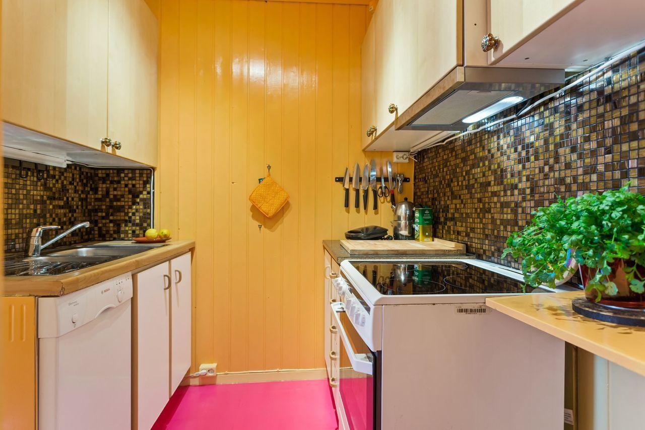 GULE VEGGER: Boligen, som er delt i to leiligheten, er malt i mange farger.