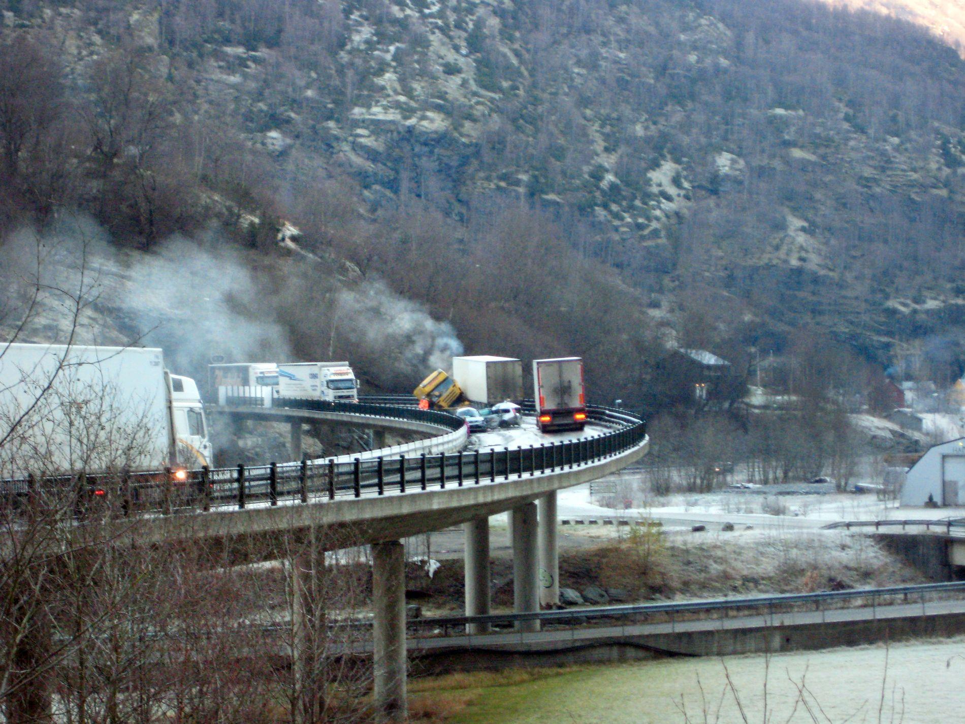 KNUST: Bildet viser en personbil som ble fullstendig knust i et sammenstøt med et vogntog. Helse Vest ønsker å holde konsekvensen av slike hendelser hemmelig.