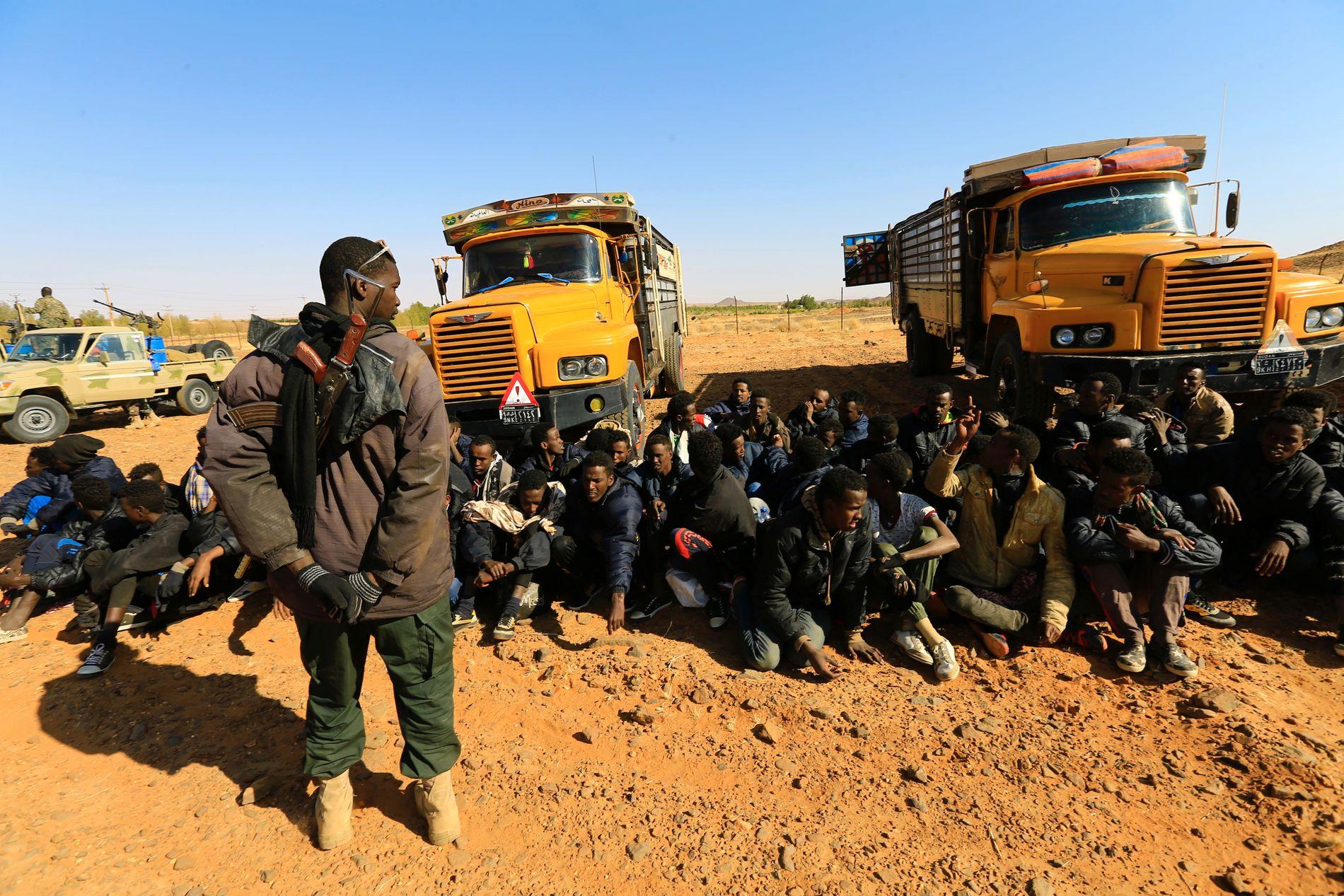 DOBBELTSPILL: I Sudan har migrasjonskontrollen for en stor del blitt utøvd av militser i allianse med regimet i Khartoum. De patruljerer grensen til Libya og gir seg ut for å stoppe migranter fra å dra nordover, mens de samtidig smugler folk inn i Libya i samarbeid med aktører på andre siden av grensen, skriver Gunnar M. Sørbø.