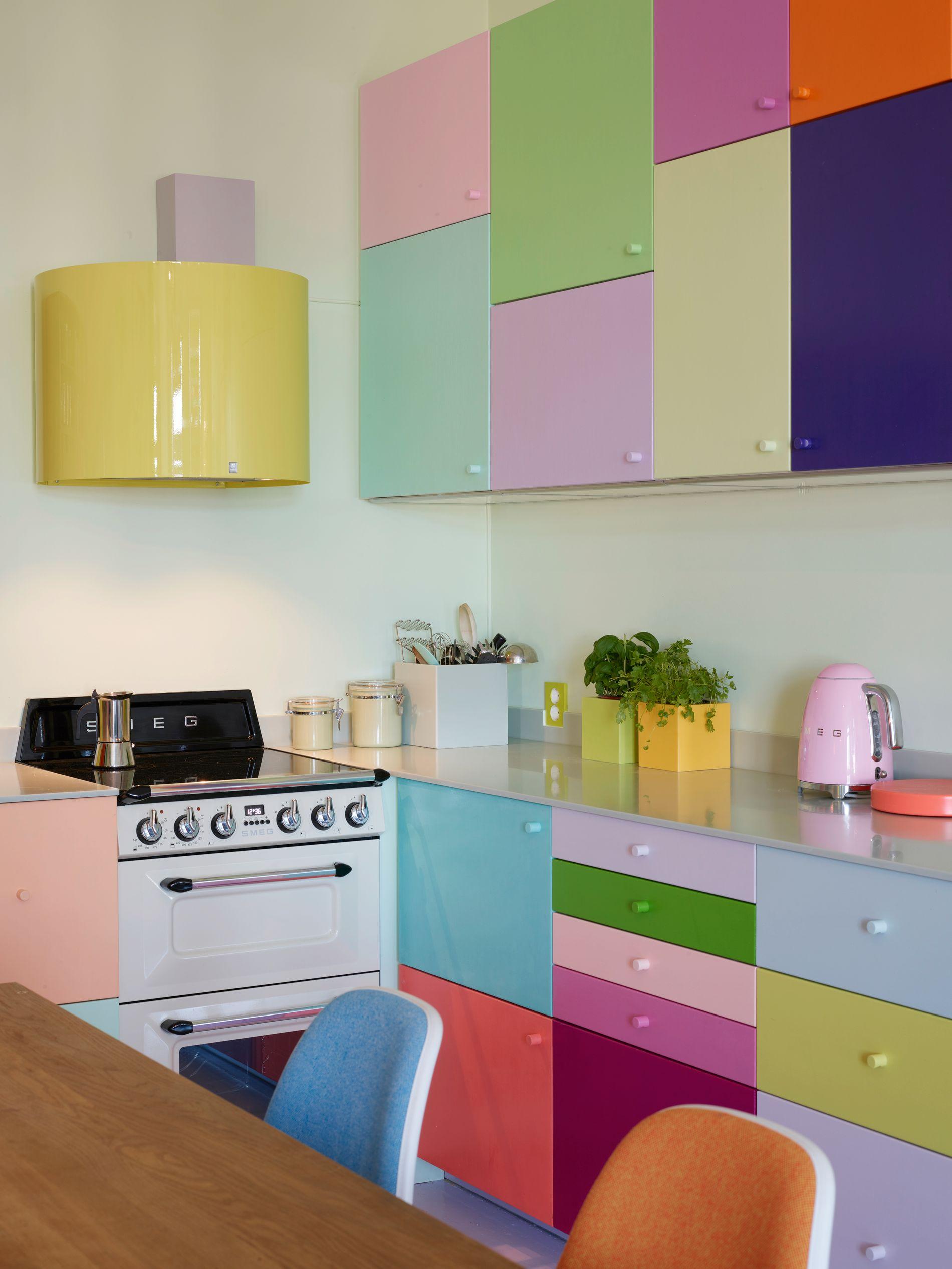 SPESIALVIFTE: Kjøkkenet er det sentrale rommet i leiligheten. Den multikulørte kjøkkeninnredningen har de selvfølgelig planlagt, bygget om og malt selv. Kjøkkenviften har de fått spesialtilpasset og lakkert i ønsket farge.