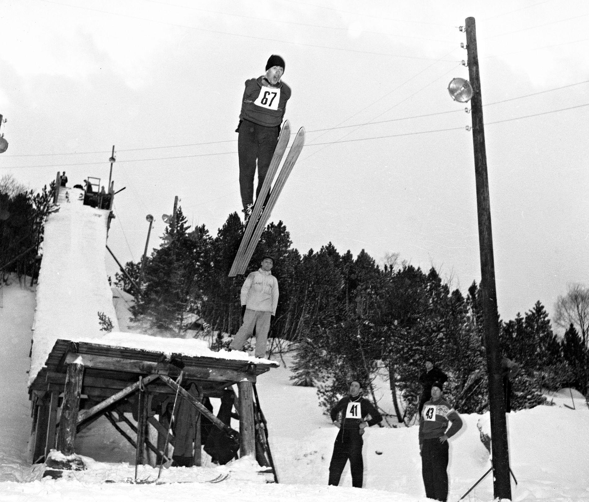 MESTERSKAP: Fra kretsmesterskapet i hopp i Granbakken på Fløyen i januar 1958.