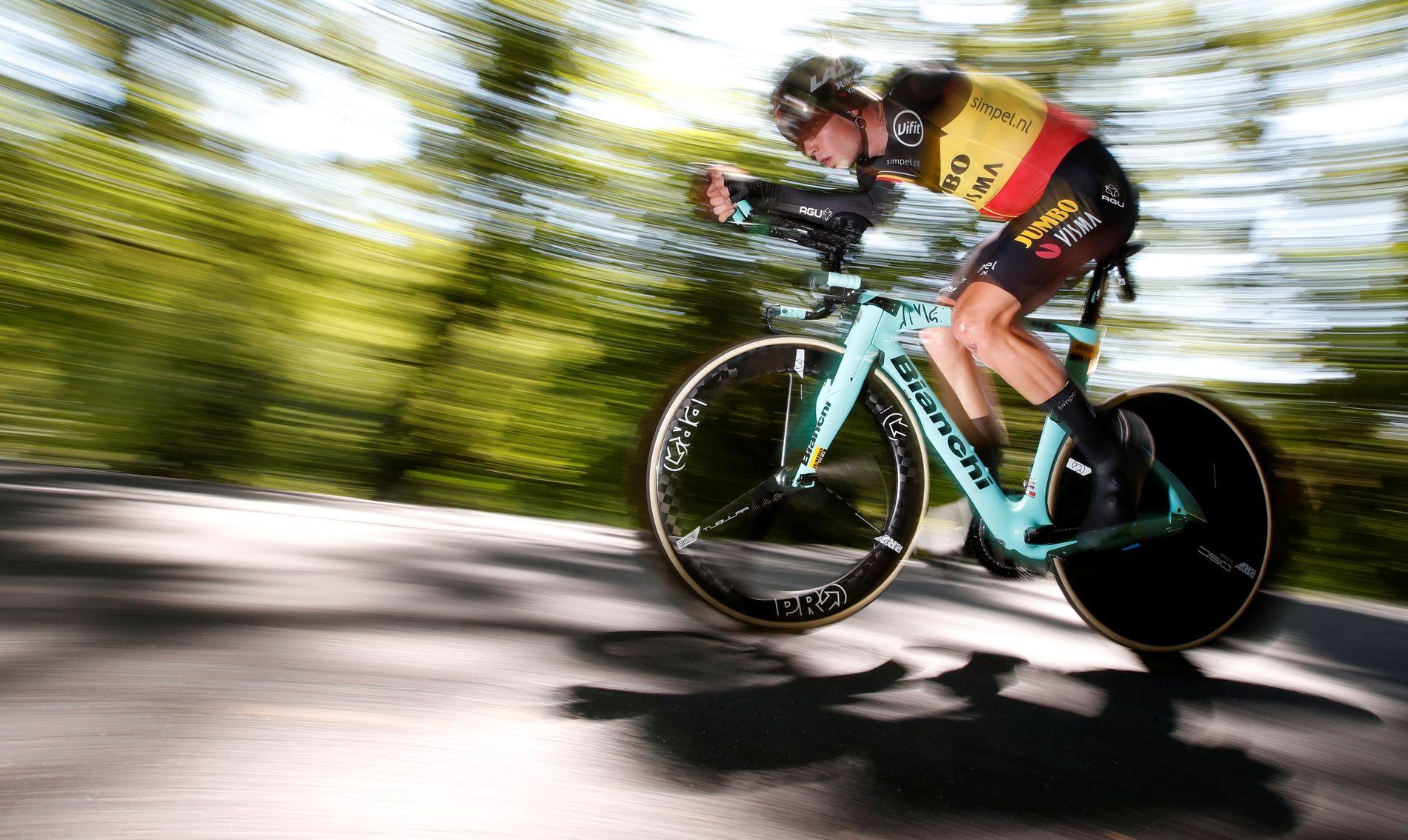 Her er van Aert i aksjon under fredagens etappe.