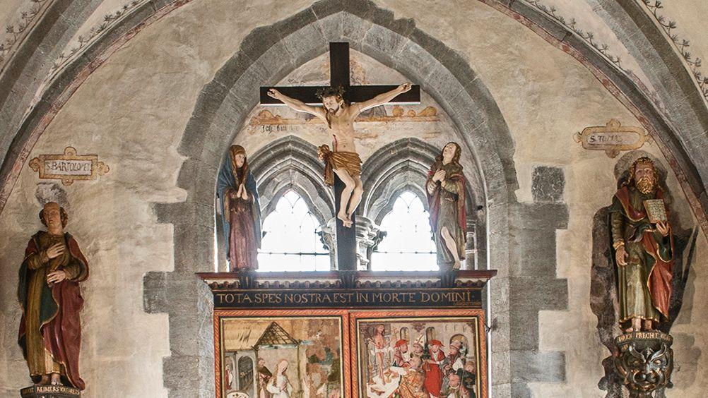 GIR SVAR: Hva betyr påsken? Svaret står skrevet over altertavlen i Mariakirken her i Bergen, skriver biskop Nordhaug i denne kronikken.