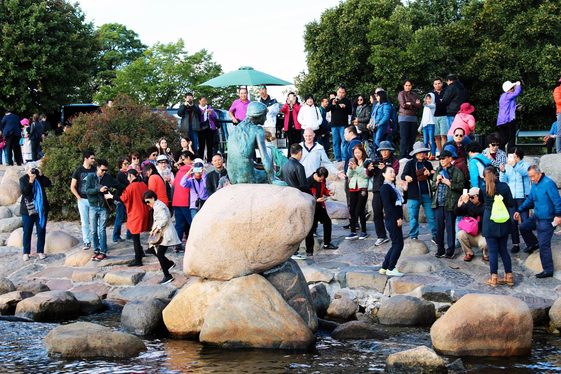 POPULÆR DAME: Den lille havfruen har mistet hodet to ganger og armen en gang, men som guiden sier: Havfruen er også en bereist dame, hun har vært i Shanghai på Verdensutstillingen.