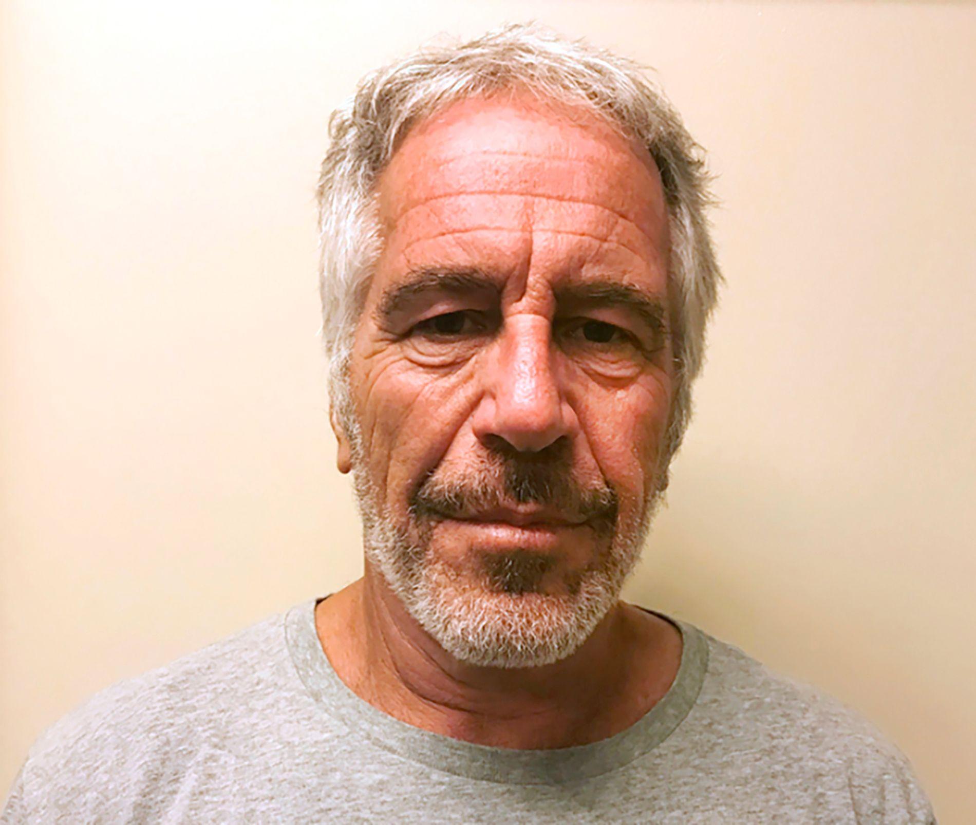 Avdøde Jeffrey Epstein hadde brukne ben i nakken og halsen da han ble funnet død i varetektsfengslet i New York lørdag, opplyser kilder til to amerikanske aviser fredag.