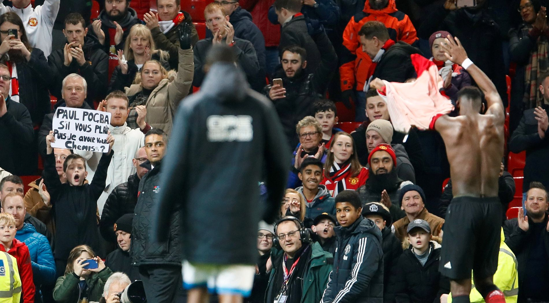 Paul Pogba var høyt oppe etter å ha scoret to ganger mot Huddersfield. Han ga drakten til en supporter på Stretford End etter kampen.