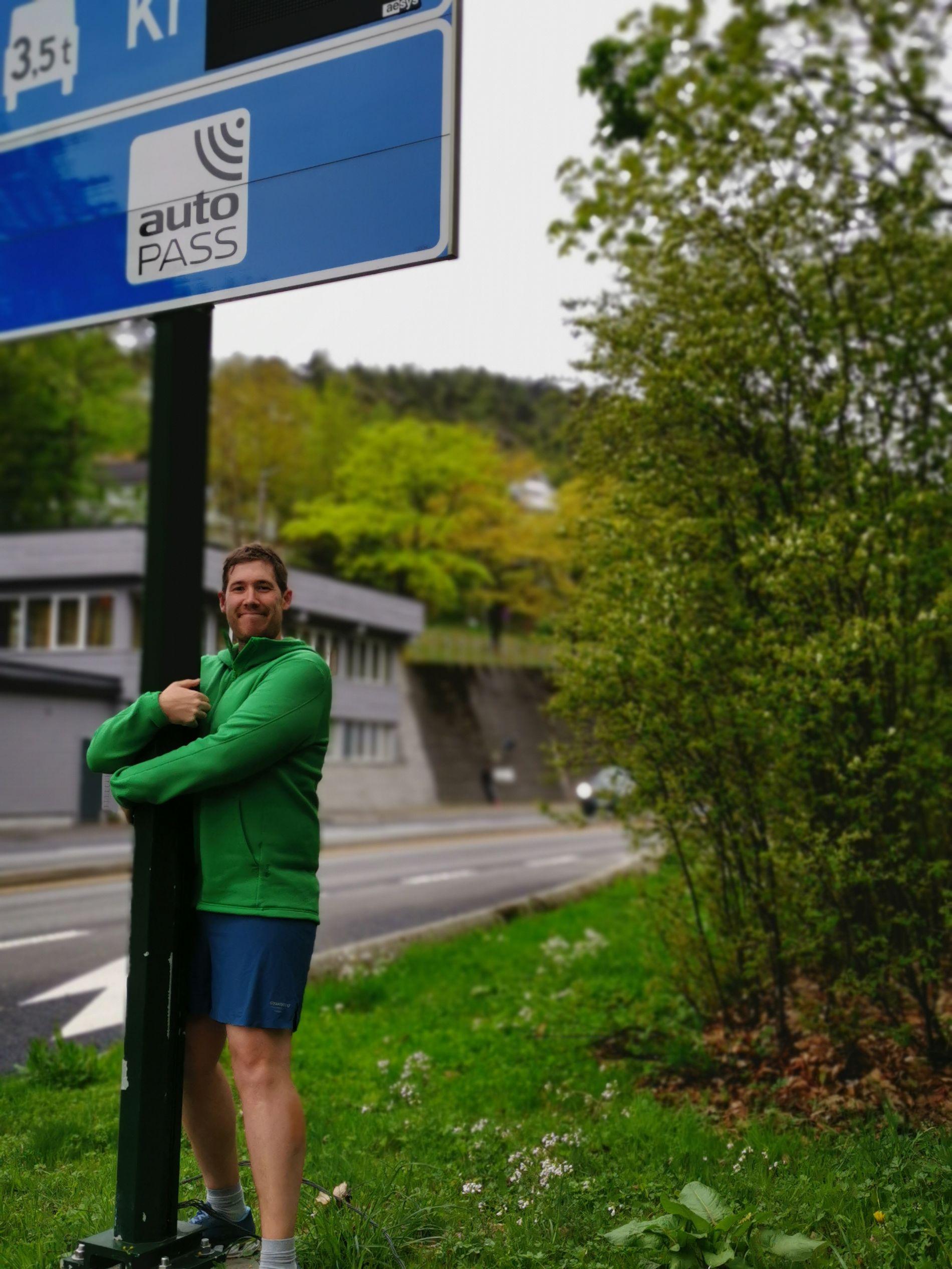 KJÆRLIGHET: Thor Haakon Bakke, førstekandidat for Miljøpartiet De Grønne i Bergen, gir sin lokale bomstasjon en god klem.