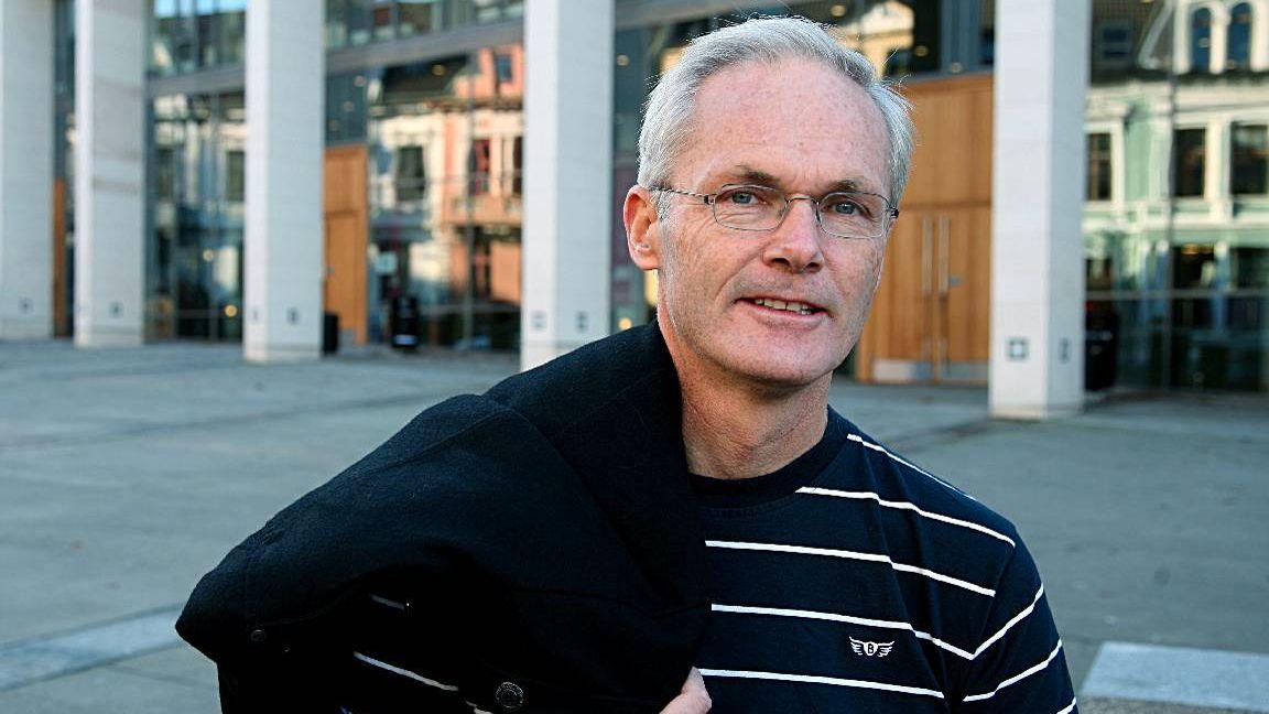 KRITISK: - Det er et systematisk mønster at ikke-meldepliktige avtaler har høyere priser enn de meldepliktige avtalene som inngår i prisoversikten, sier NHH-professor og tidligere sjeføkonom i Konkurransetilsynet, Lars Sørgard.