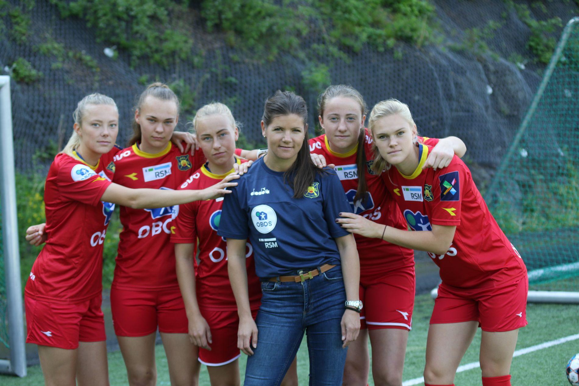 Tidligere landslagsspiller Siri Nordby, nå styremedlem i Røa, ønsker å minne om at det er kvinnene som skaffer medaljene. Her omgitt av noen av Røas elitespillere. F.v. Synne Kinden Jensen, Synne Masdal, Vilde Gullhaug Birkeli, Ragne Hagen Svastuen og Kristine Bjørdal Leine.