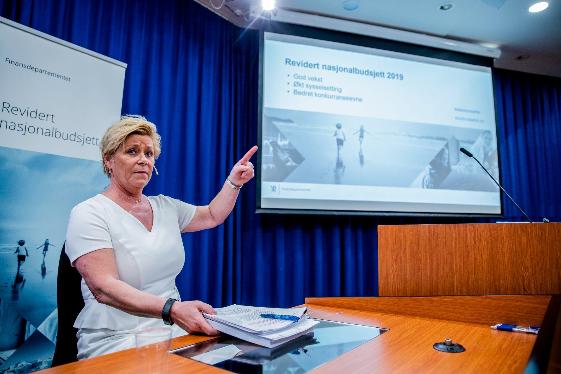 Finansminister Siv Jensen gikk i rette med kritikerne da hun holdt pressekonferanse om revidert budsjett tirsdag formiddag. Foto: Stian Lysberg Solum / NTB scanpix