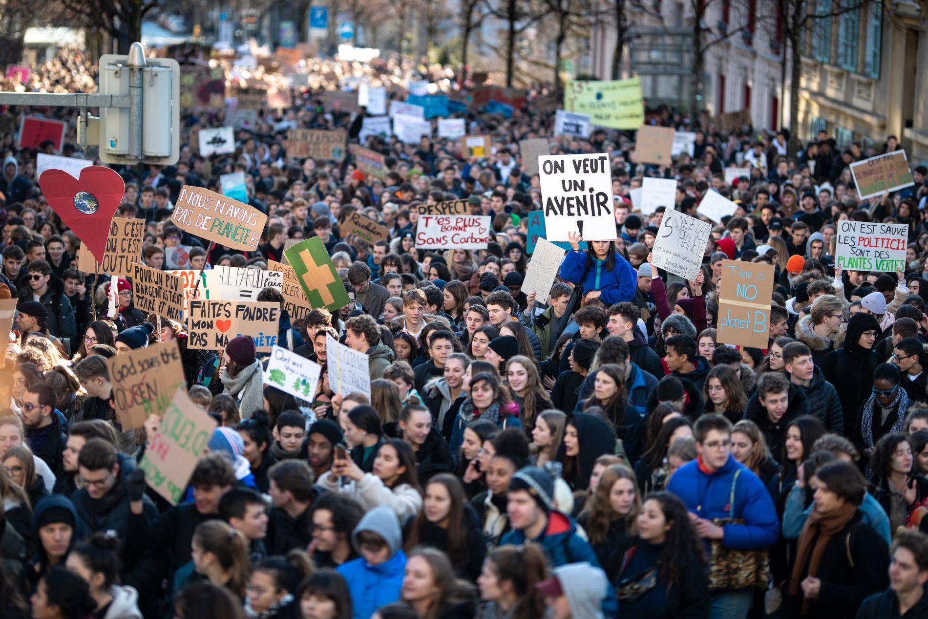 Studenter demonstrerer i forbindelse med en skolestreik i Lausanne i Sveits.