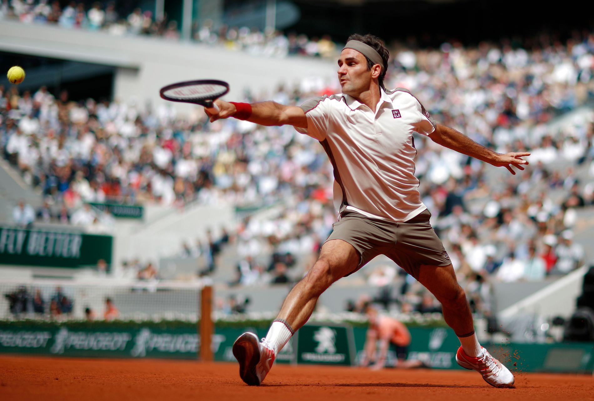 Grus er ikke favorittunderlaget til Roger Federer.    Her i aksjon tidligere i denne utgaven av French Open.