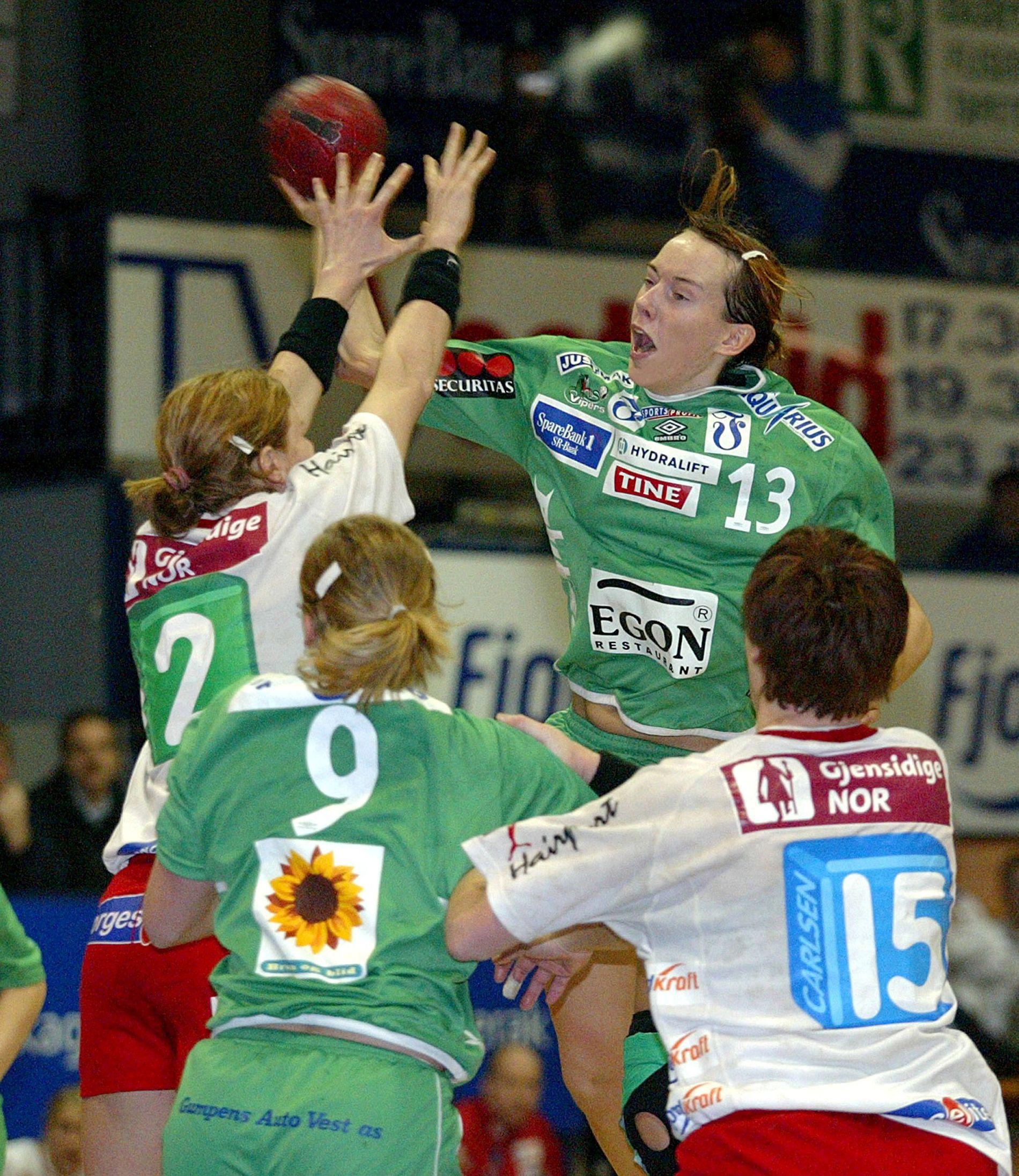 Toppoppgjør mellom Larvik og Våg Vipers i 2003. Kristine Lunde spiller inn til strek over Larviks Tonje Larsen. Foran med ryggen til Marianne Gundersen (Våg) og Katja Nyberg. Våg tapte 26–38.