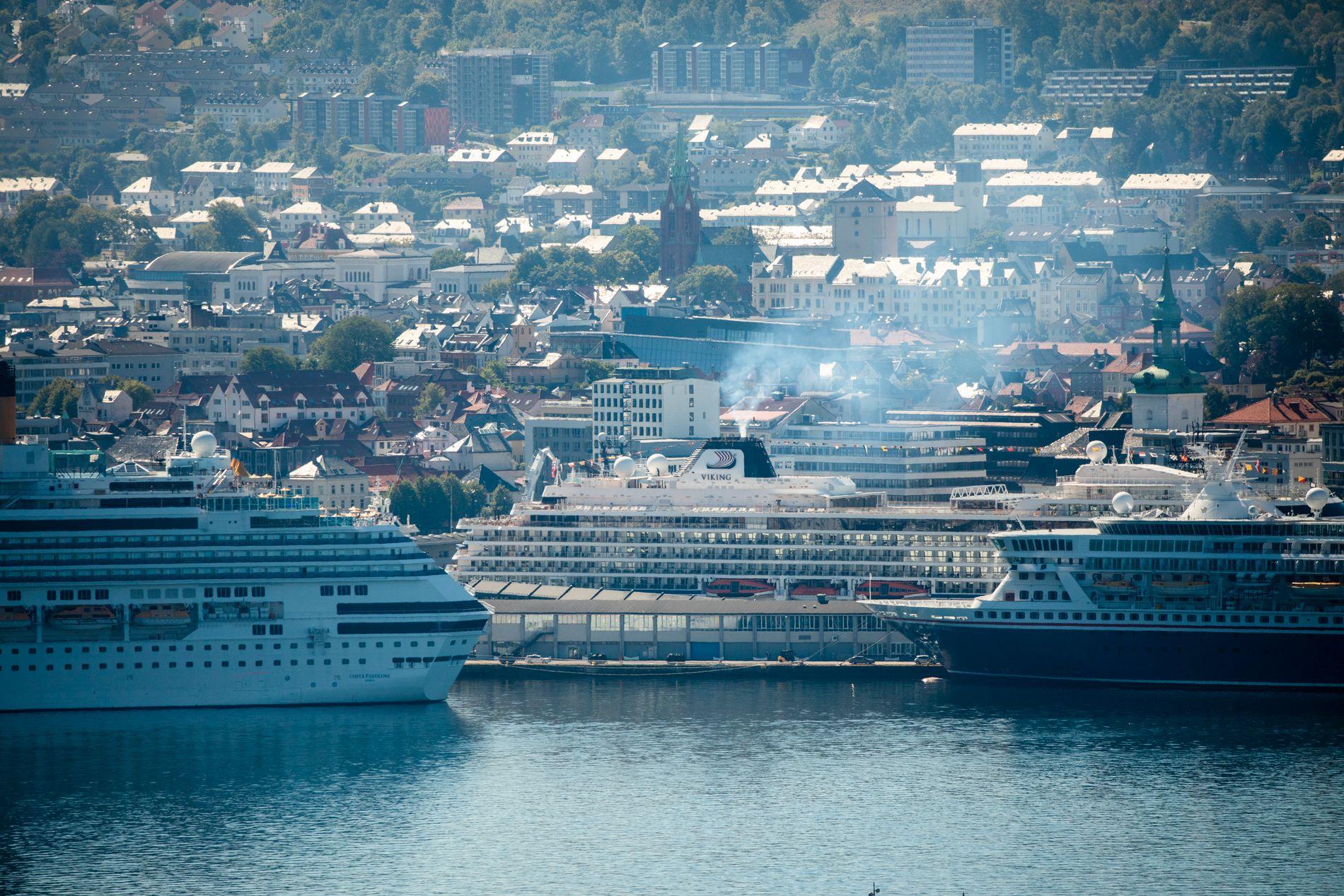 «OVERSVØMMELSE»: Når vi kan lese at cruiseflåten som besøker Bergen i år vil brenne av nærmere 7000 tonn drivstoff ved kai, stiller jeg meg uforstående til at ikke landstrøm for lengst er blitt påbudt, skriver innsender.
