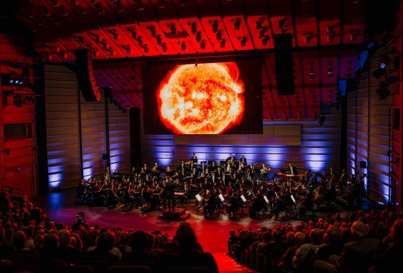 UT I UNIVERSET: Whitacres verk er skrevet til det uendelige universet, og til de håndfaste bildene fra Hubble-teleskopet, av galakser som befinner seg noen milliarder lysår fra oss.