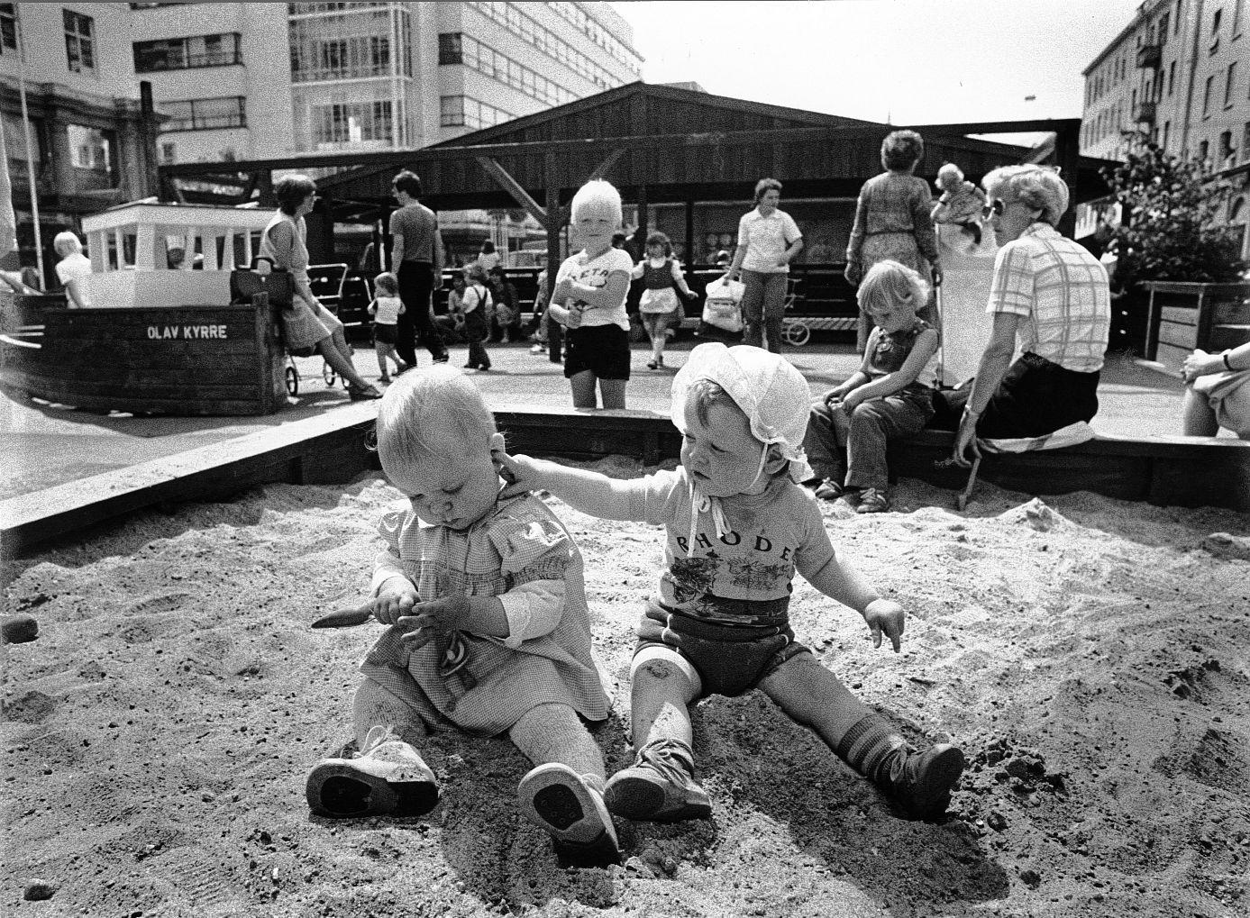 BARNEVENNLIG: Så seint som i 1980-årene var det lekeplass her på Torgallmenningen i hjertet av Bergen sentrum. Noe slikt trenger vi også i dag, mener  Sigmund Selvik fra Fyllingsdalen.