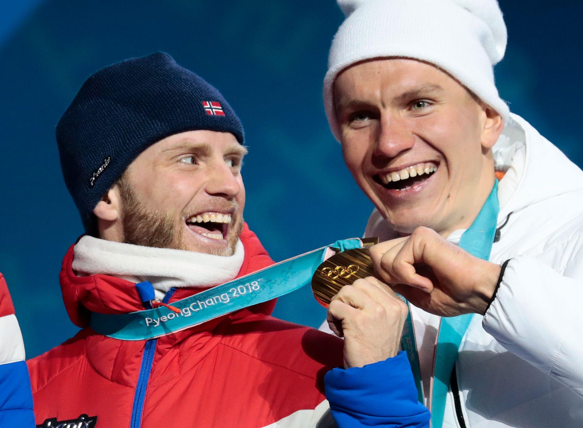 Aleksandr Bolsjunov (t.h.) spøker med Martin Johnsrud Sundby under OL i Pyeongchang.