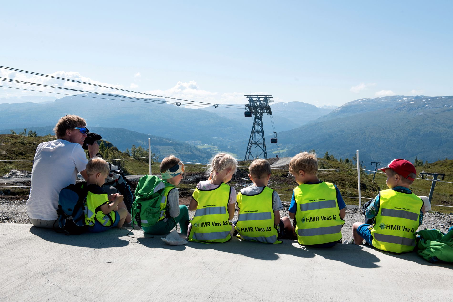 En gjeng fra Gjernes barnehage tar en pause på Hangurstoppen.