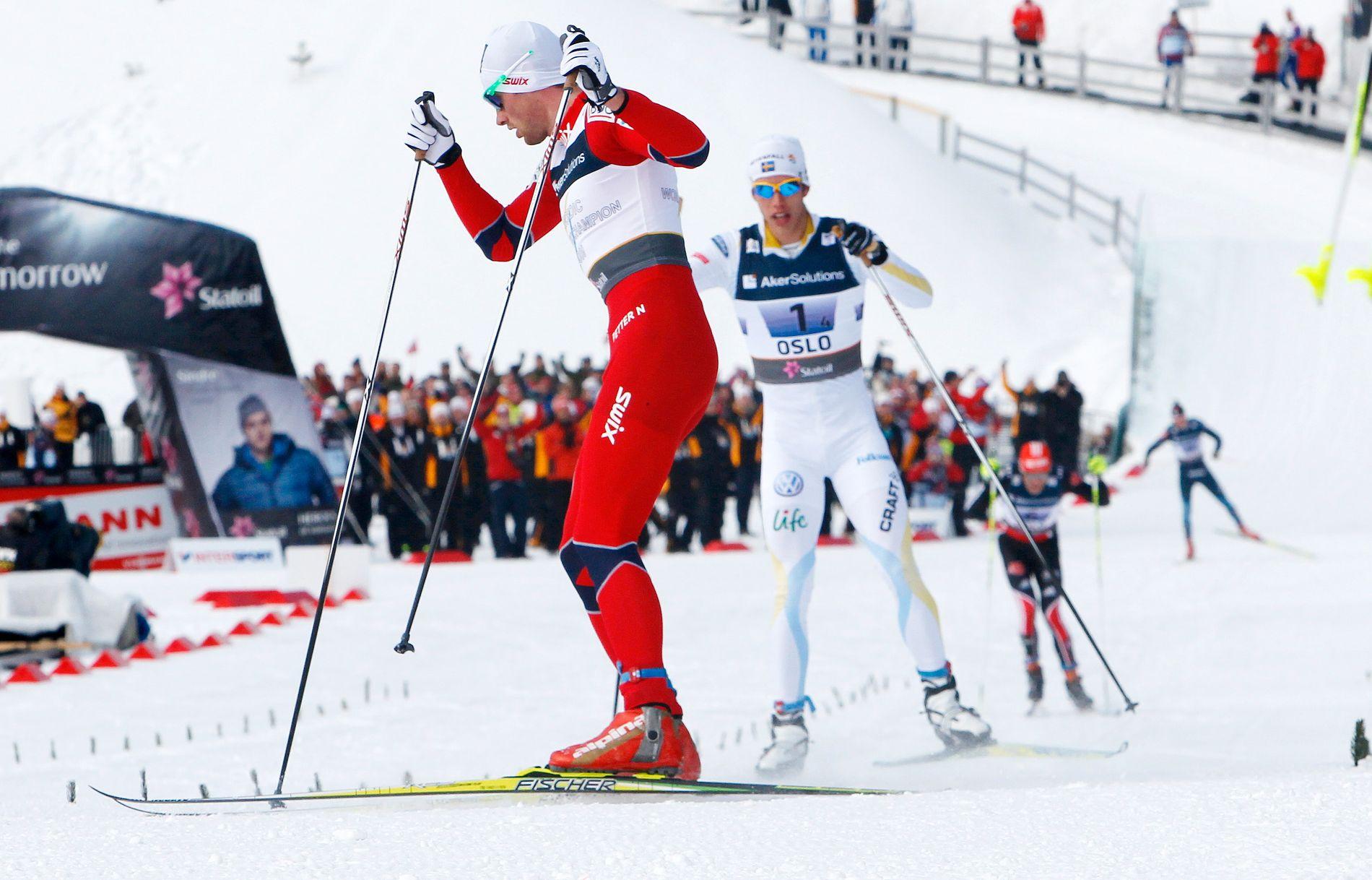 Petter Northug spurtslo Marcus Hellner i Holmenkollen i 2011 og tok seg også tid til å bremse opp på målstreken.